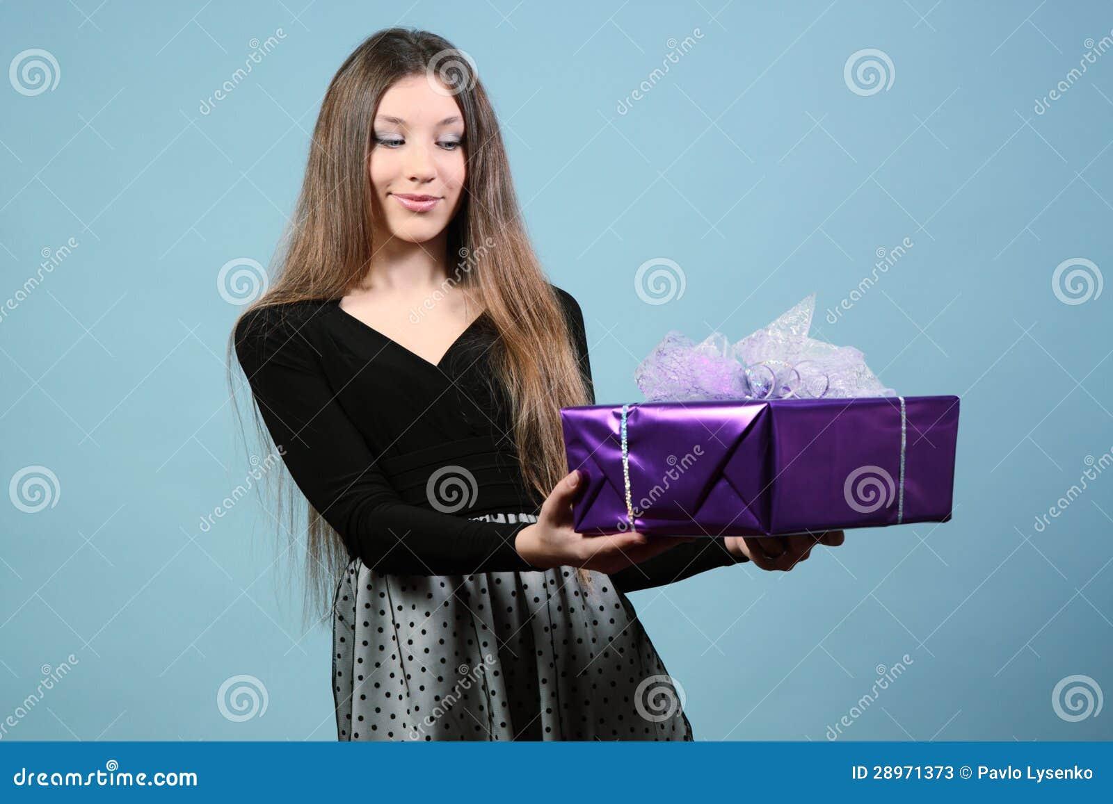 Piękna szczęśliwa dziewczyna z prezentem.