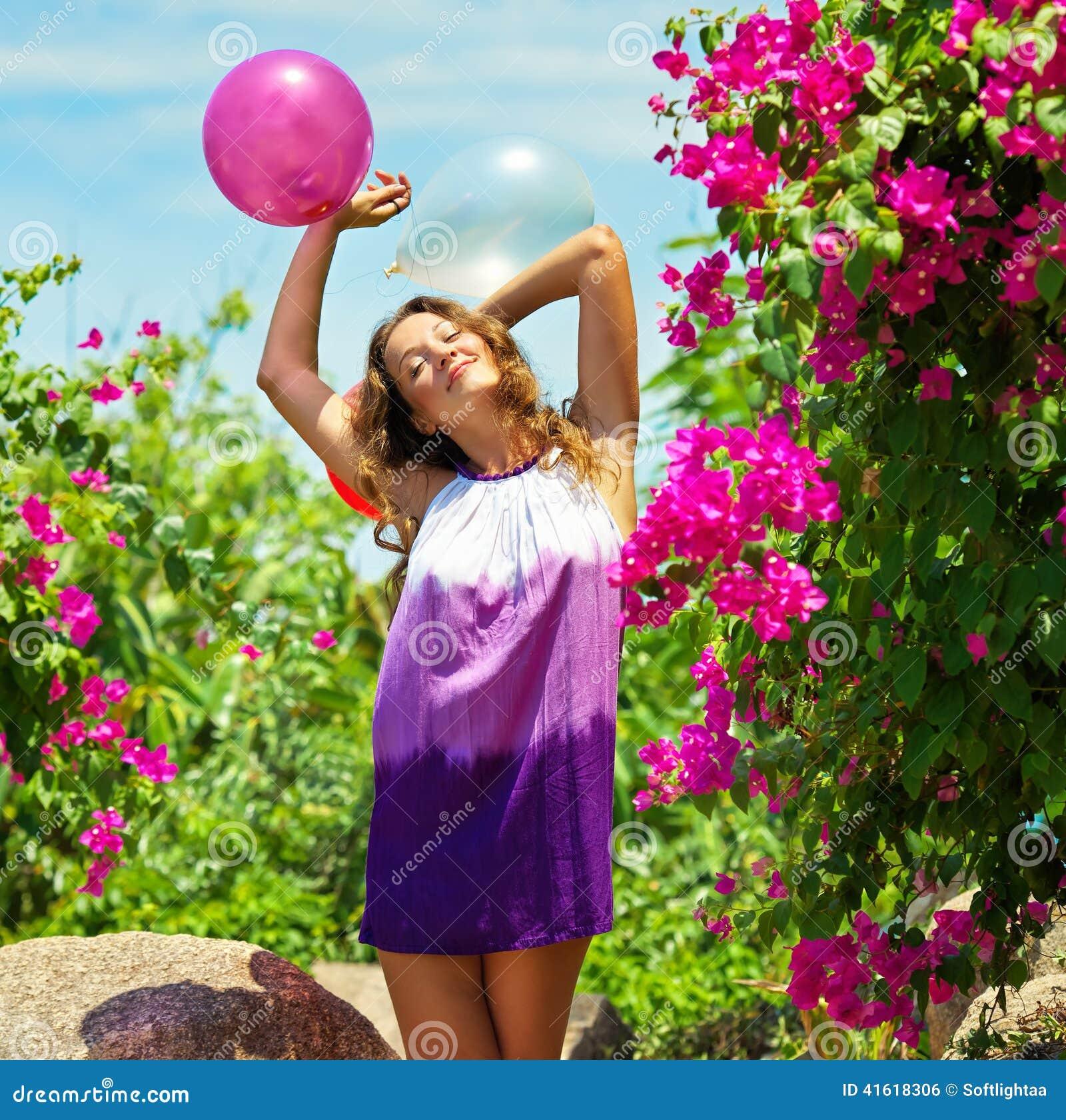 Piękna Szczęśliwa młoda kobieta Plenerowa
