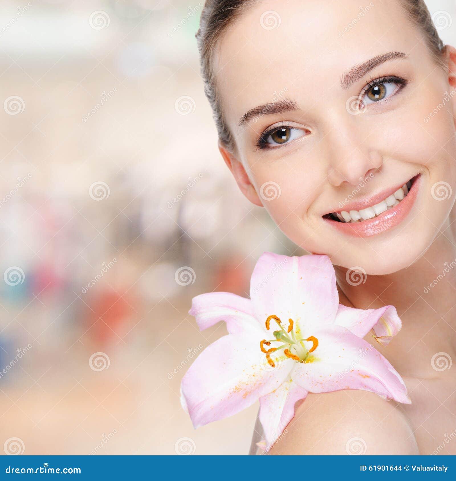 Piękna szczęśliwa młoda kobieta z lelują