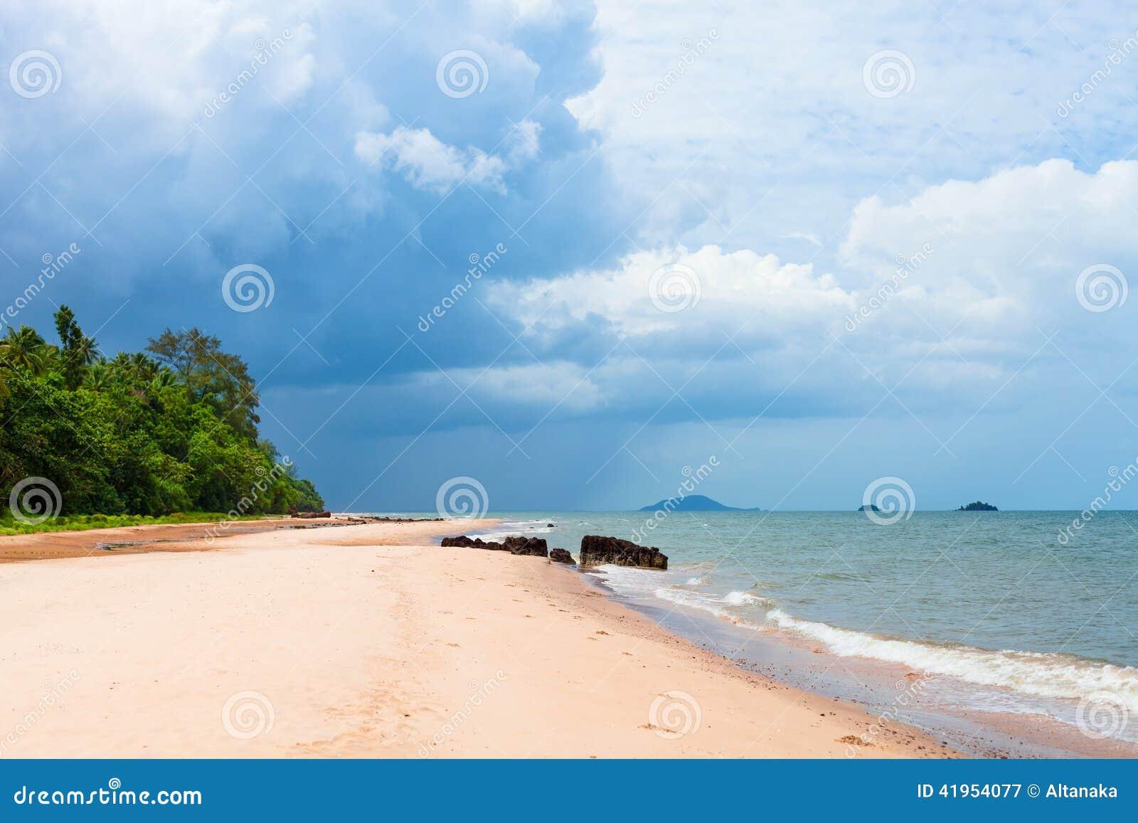 Piękna tropikalna biała piasek plaża