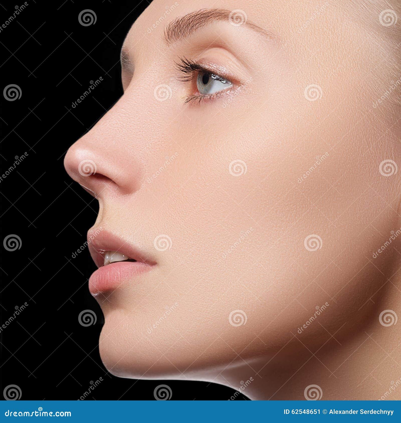 Piękna twarz młoda dorosła kobieta z czystą świeżą skórą - odosobnioną Piękna dziewczyna z piękną makeup, młodości i skóry opieką