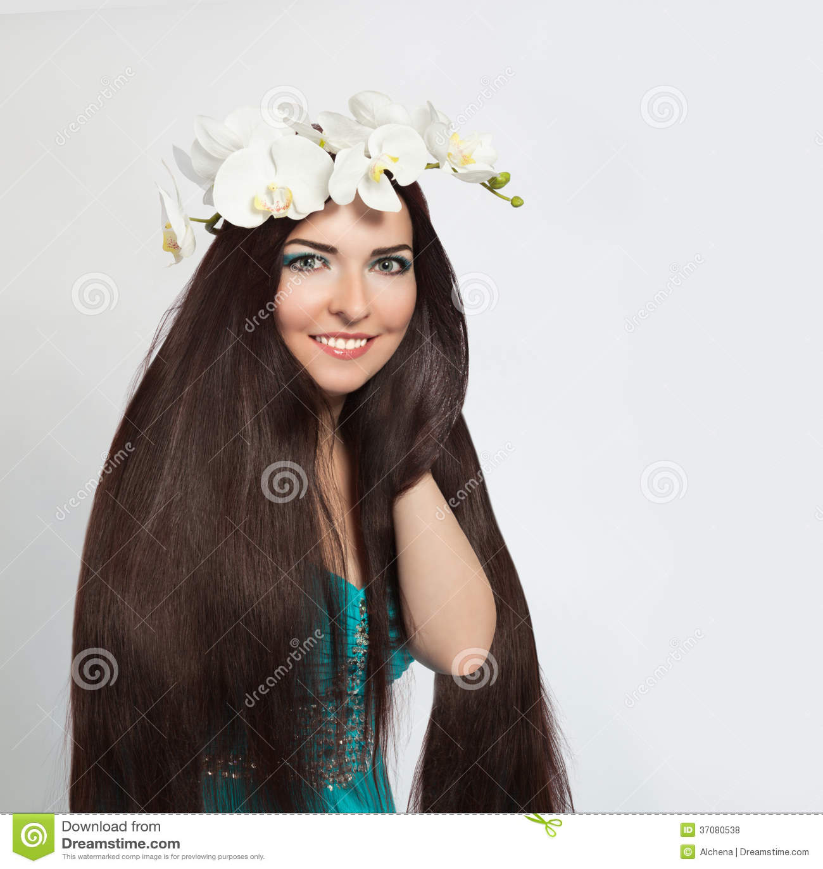 Download Piękna Uśmiechnięta Dziewczyna. Zdrowy Długi Ciemny Włosy Zdjęcie Stock - Obraz złożonej z piękno, glansowany: 37080538