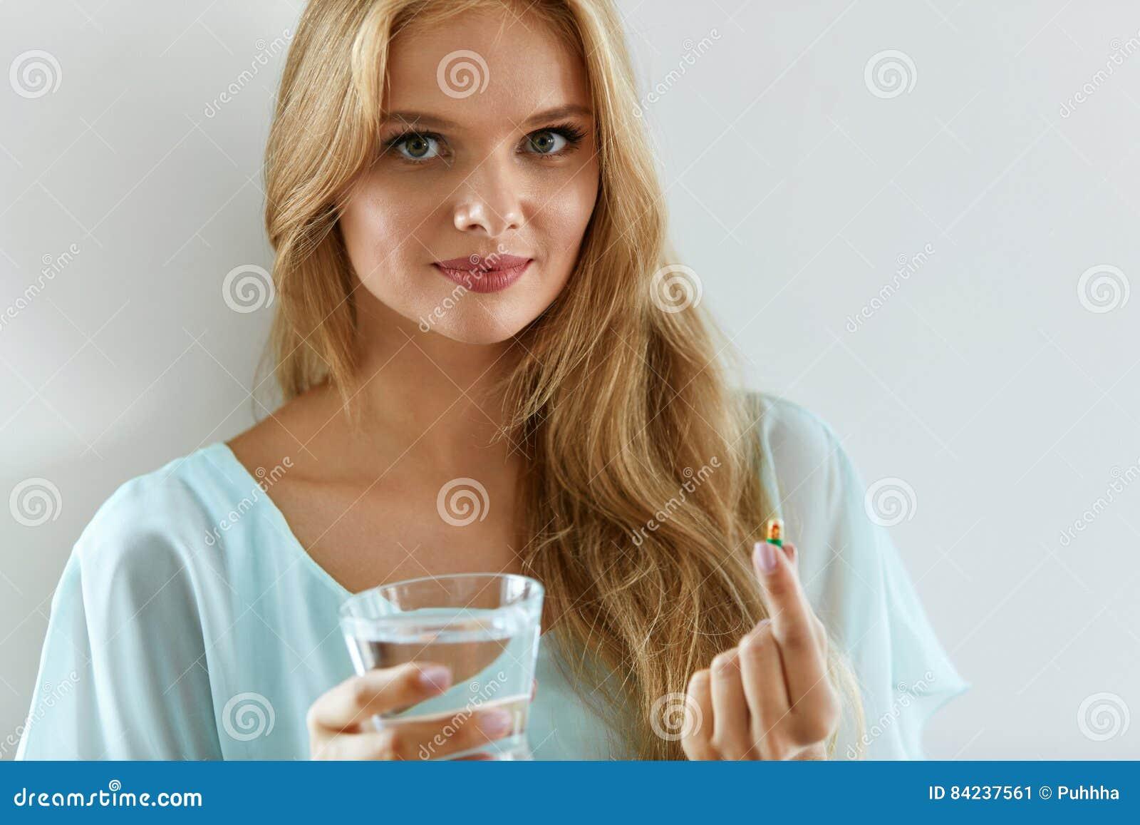 Piękna Uśmiechnięta kobieta Bierze witaminy pigułkę Żywienioniowy nadprogram