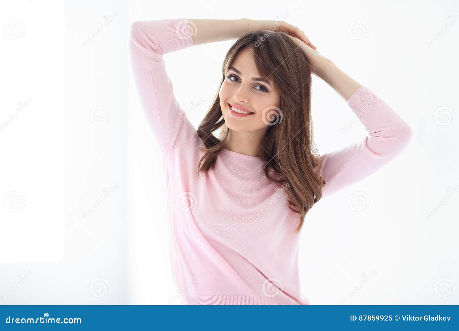 Piękna uśmiechnięta kobieta na białym tle