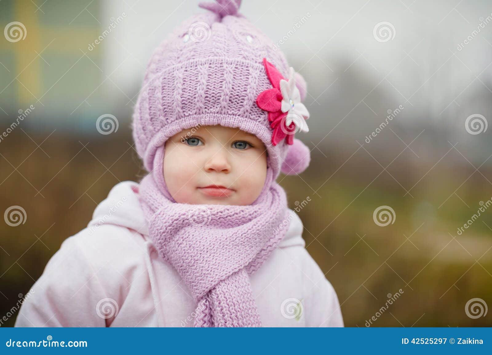 Piękna uśmiechnięta mała dziewczynka w menchia żakieta zakończeniu up