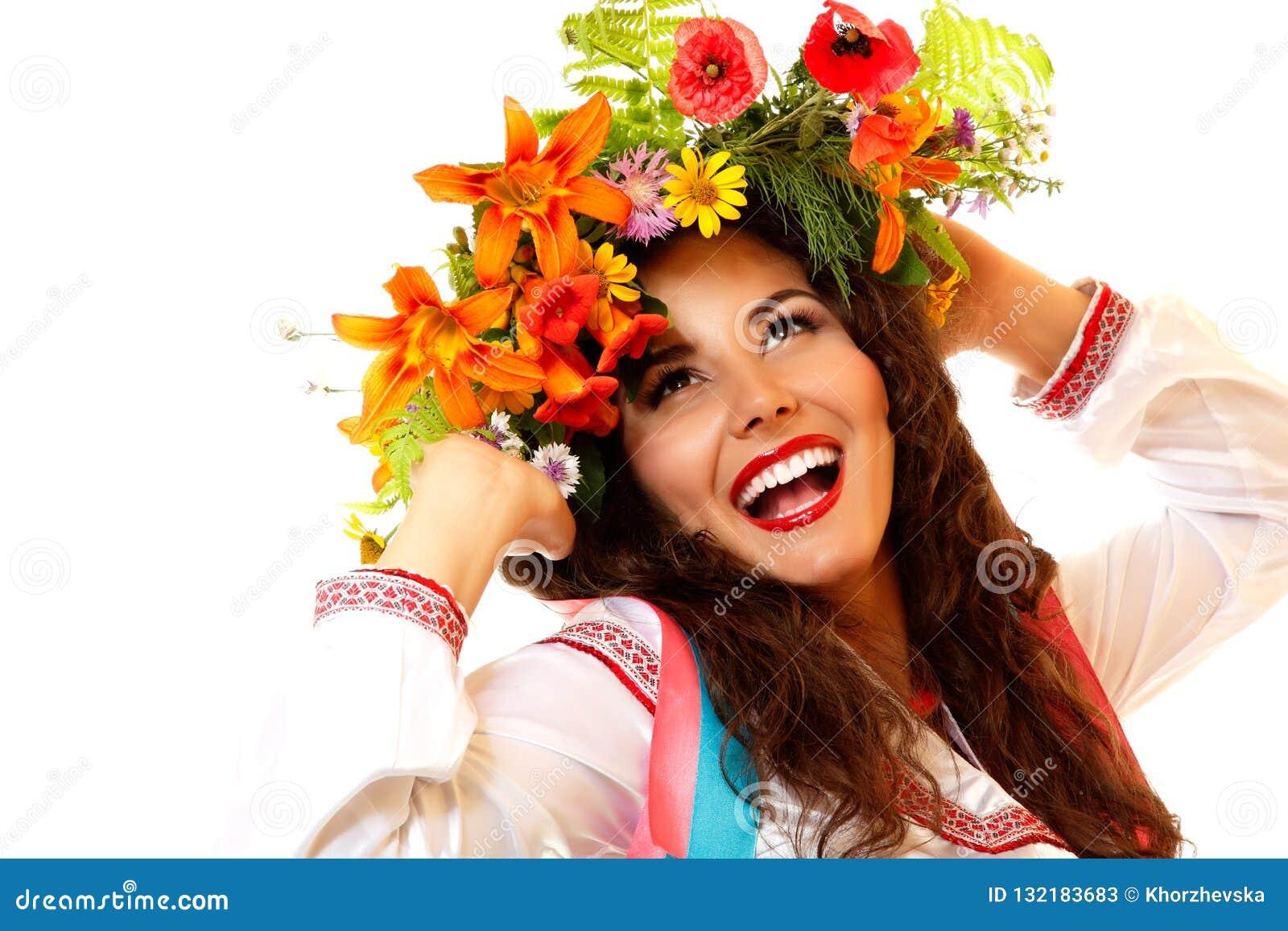 Piękna ukraińska młoda kobieta w girlandzie lato kwiaty i