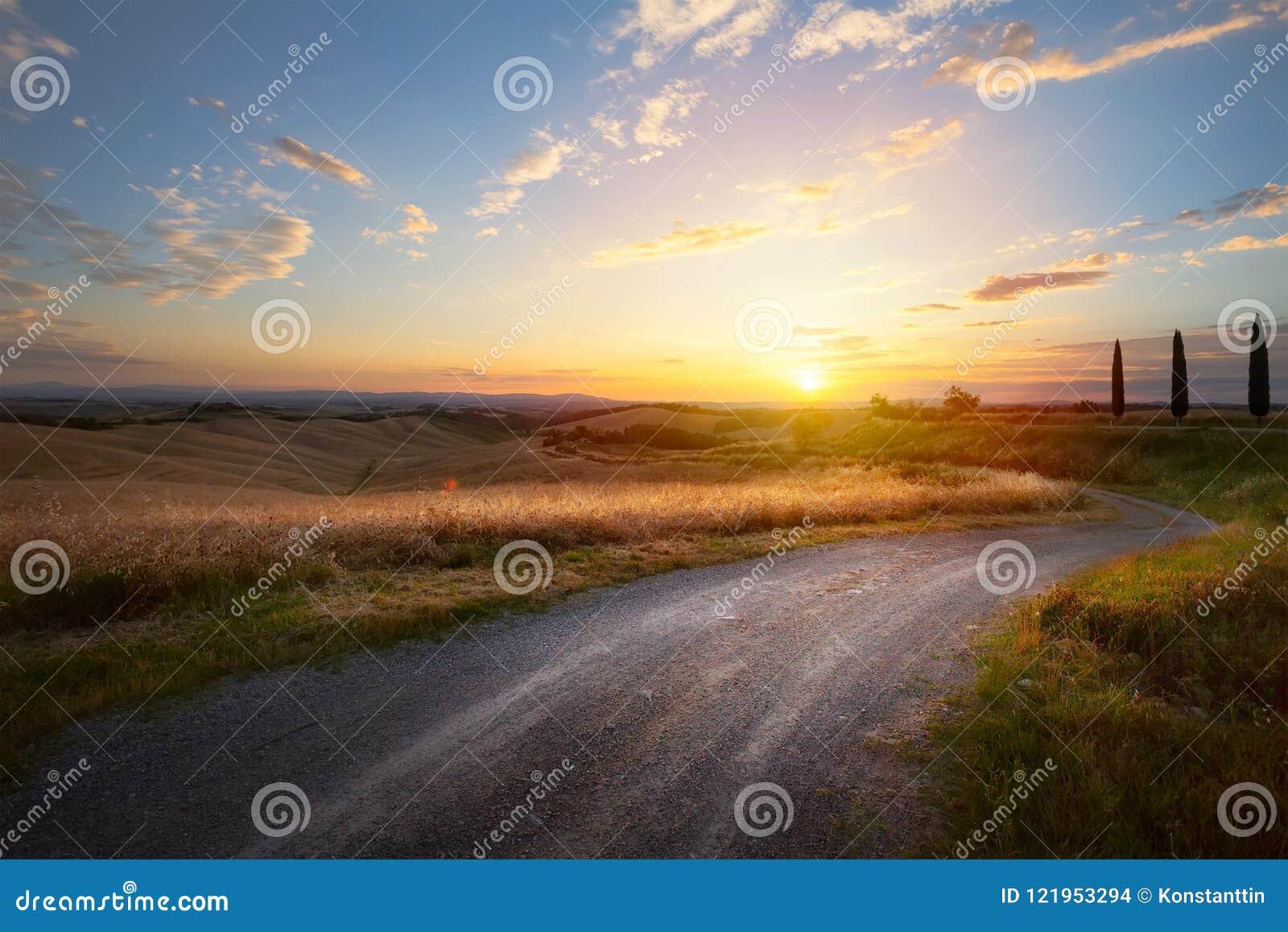 Piękna wijąca wiejska droga prowadzi przez wiejskiej wsi