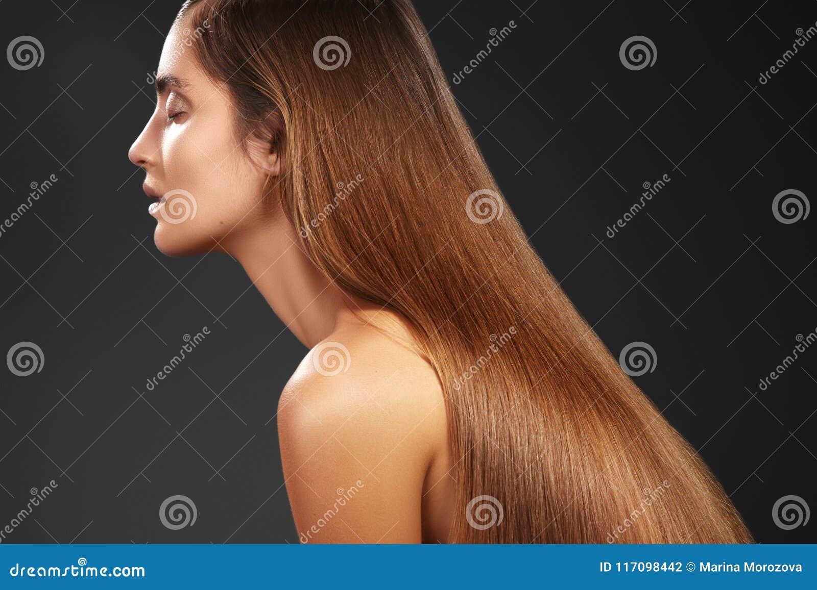 Piękna Yong kobieta z długim prostym brown włosy Seksowny moda model z gładką glosy fryzurą Keratine traktowanie