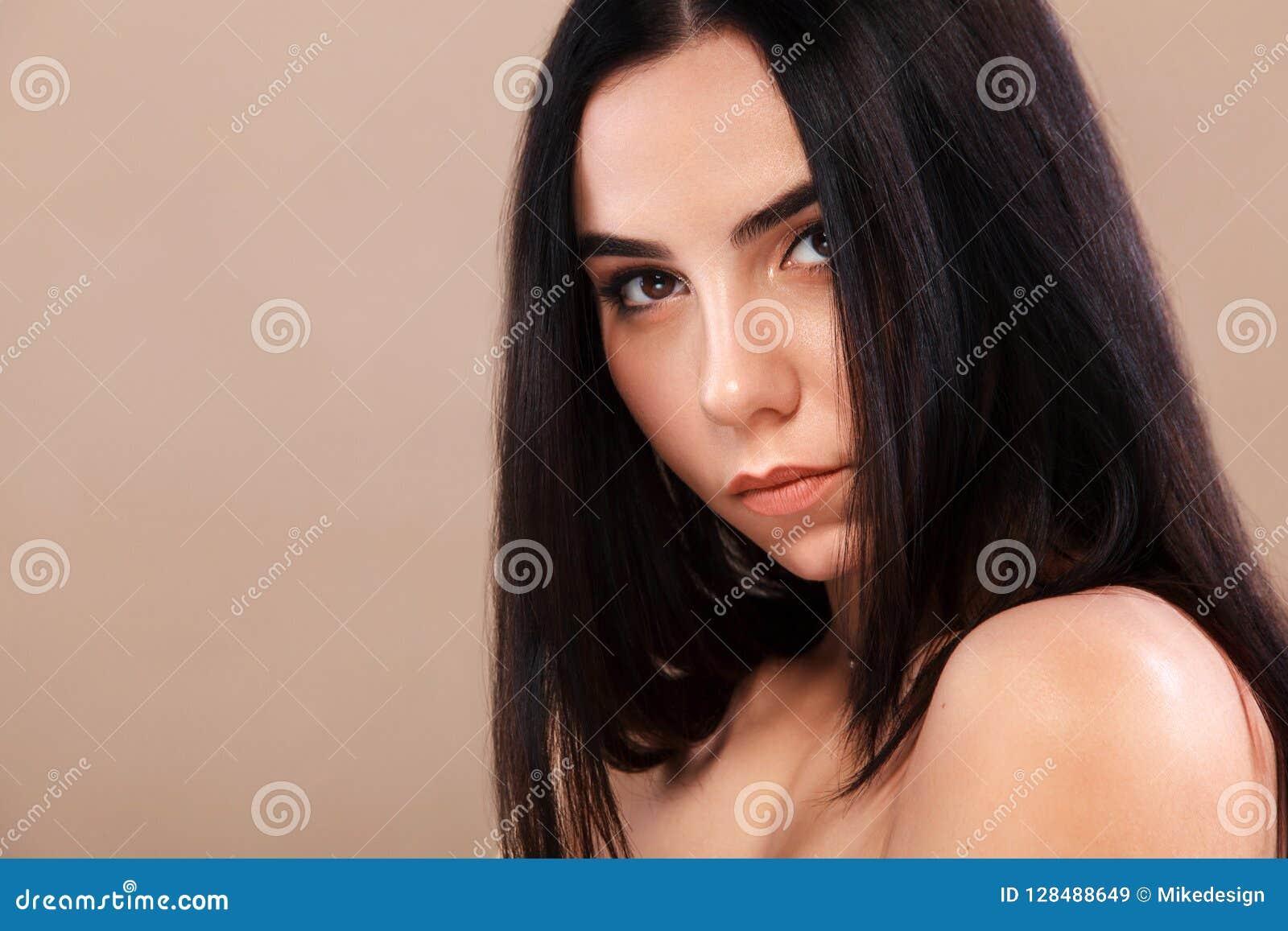 Piękna zbliżenia portreta kobieta Ładna twarz młoda dorosła dziewczyna mody modela target299_0_ studio pozaziemski