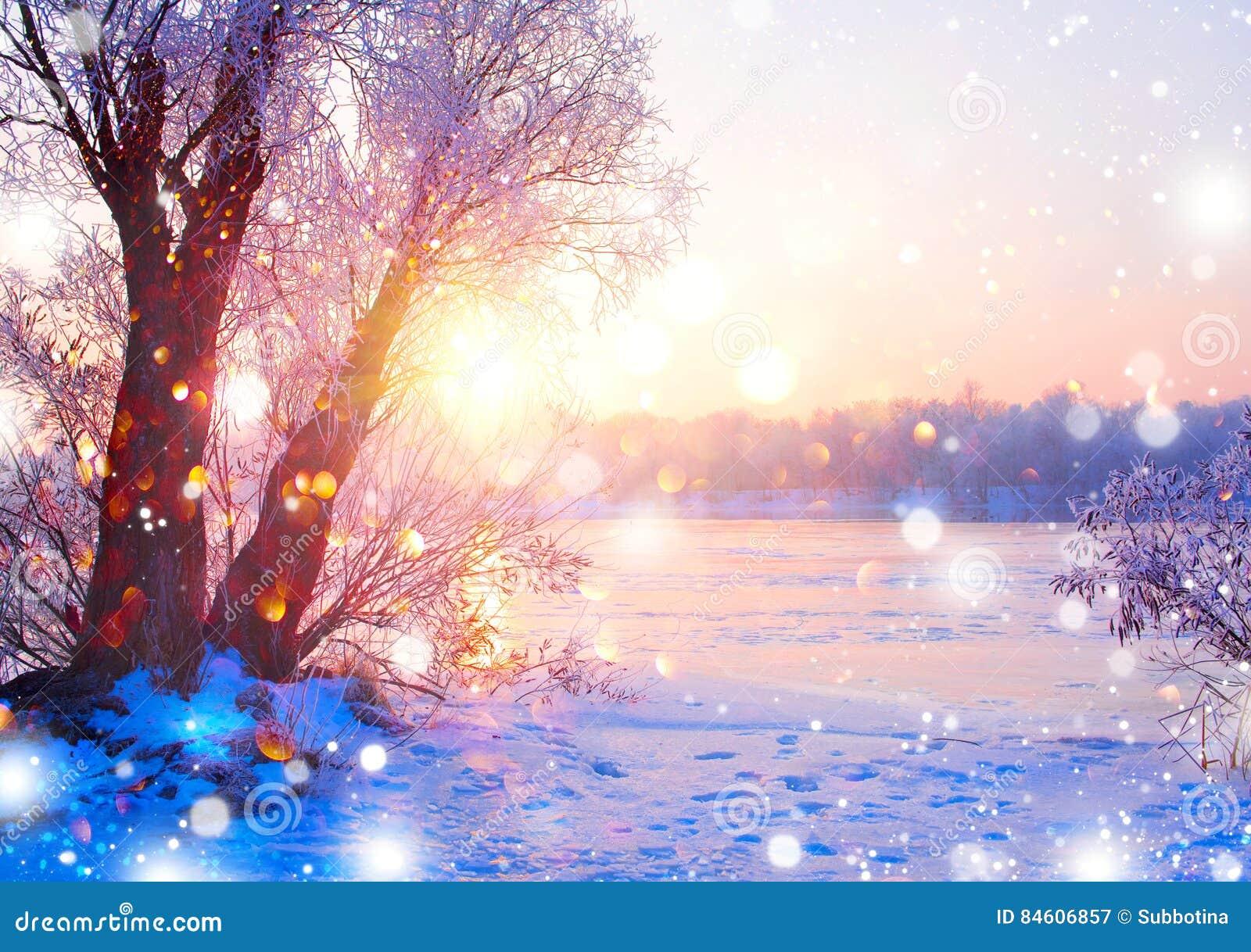 Piękna zima krajobrazu scena z lodową rzeką