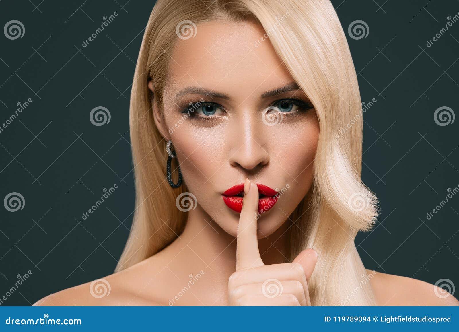 Piękna zmysłowa kobieta z cisza symbolem,
