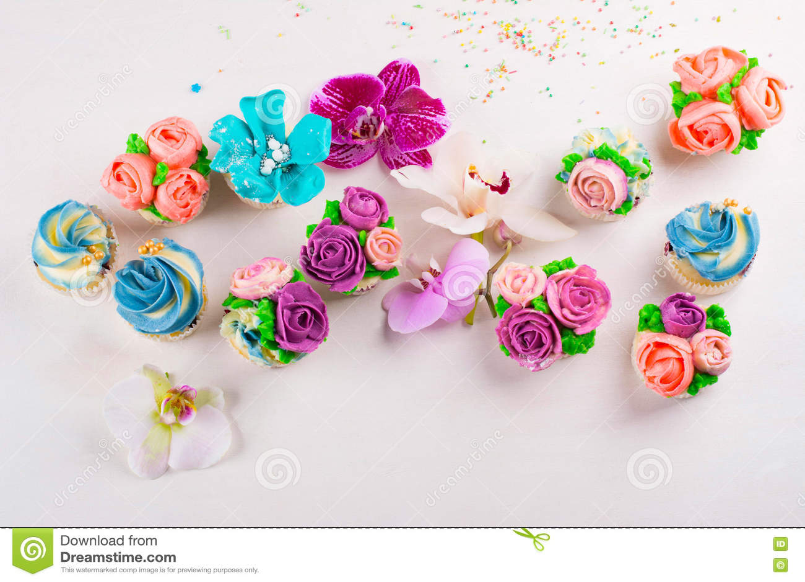 Piękne babeczki dekorowali z kwiatem od kolorowego cukierki