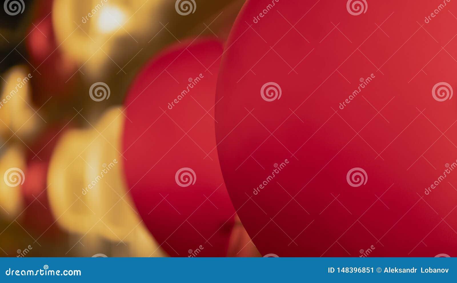 Pi?kne czerwone i b??kitne lampy w wystroju