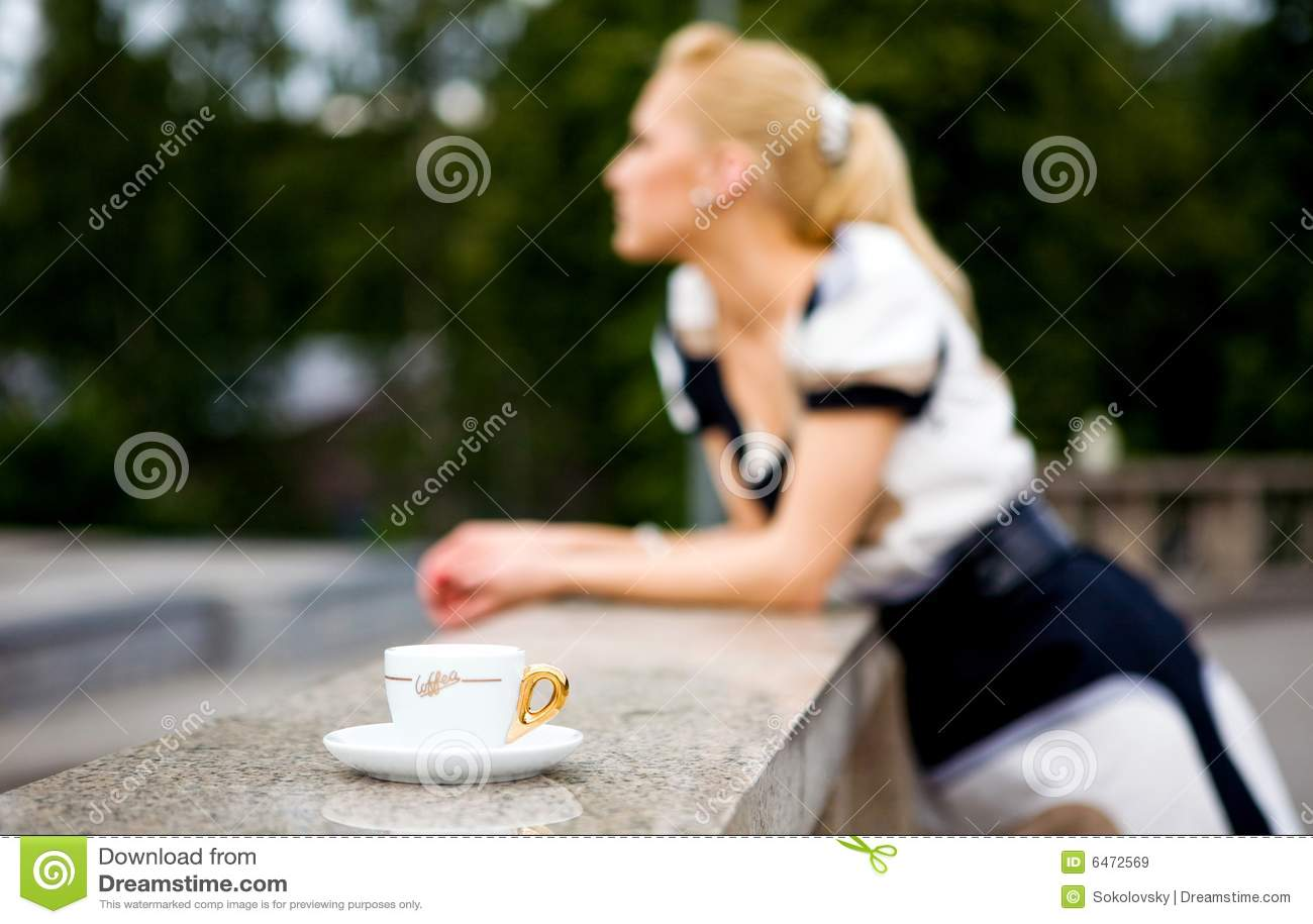 Piękne kawowi młodych kobiet