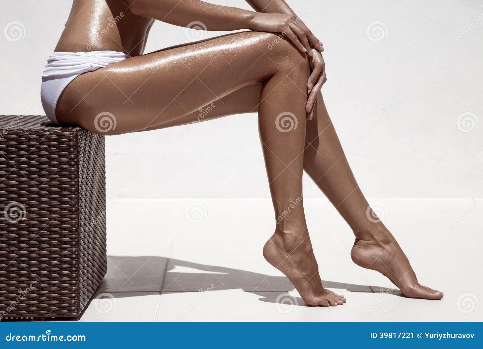 Piękne kobieta dębnika nogi. Przeciw biel ścianie.