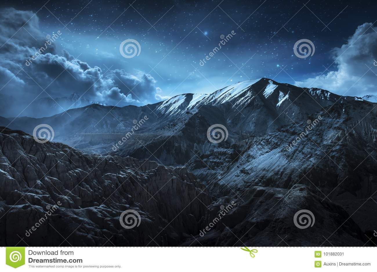 Piękne krajobrazowe śnieżne góry przy nocą na błękicie chmurnieją tło i grają główna rolę Leh, Ladakh, IndiaDouble ujawnienie