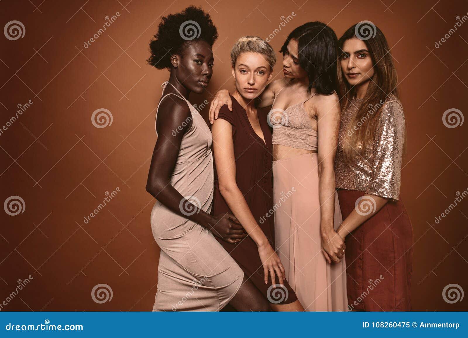 Piękne młode kobiety stoi wpólnie