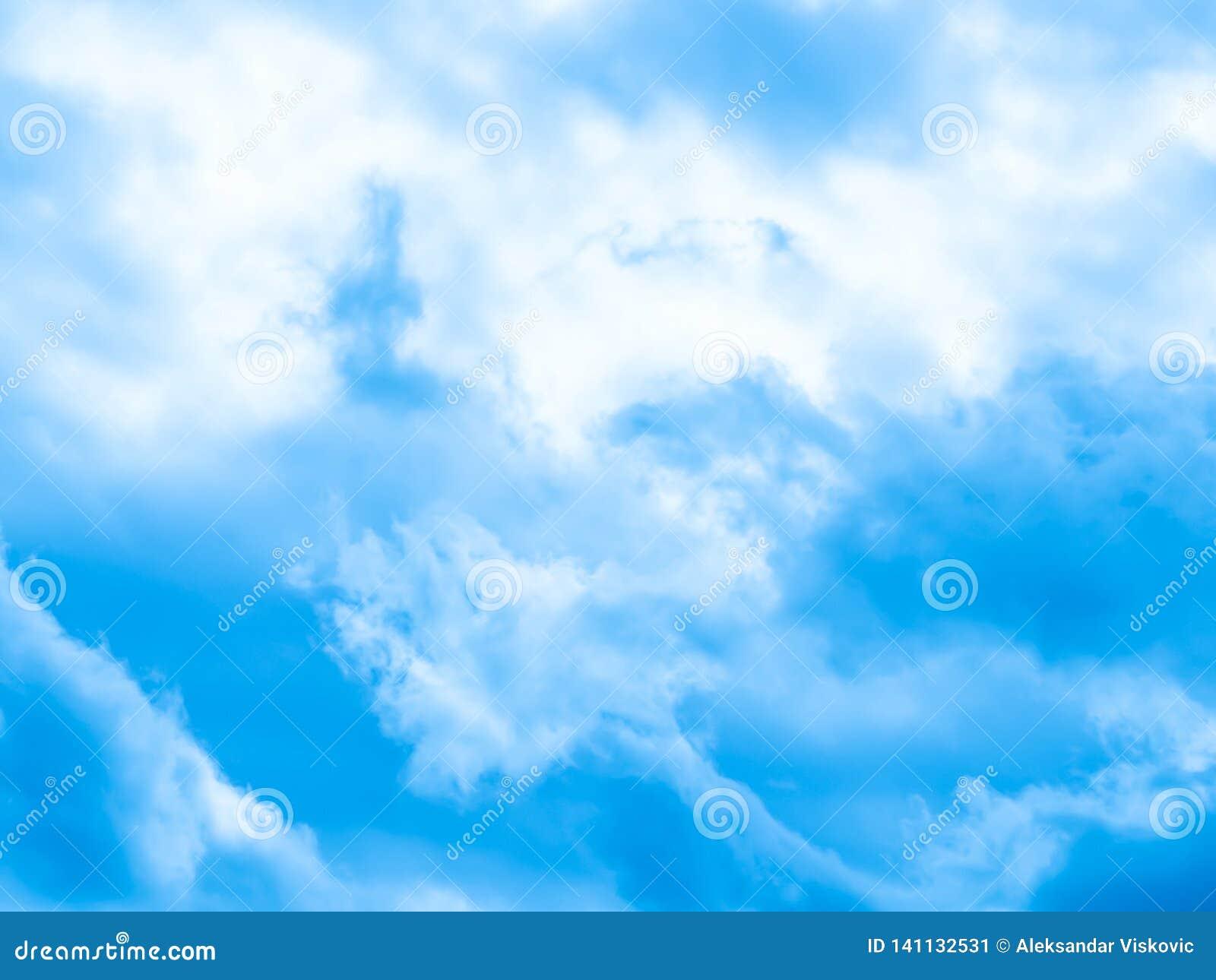 Piękne niebieskie niebo białe chmury