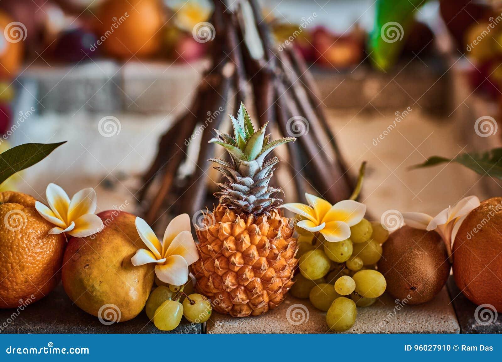 Piękne owoc układać z zamazanym tłem
