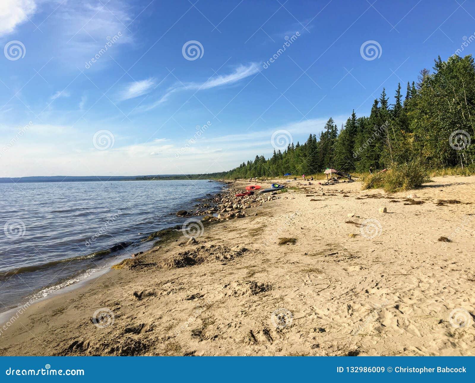 Piękne piaskowate plaże wzdłuż kuny plaży i wod niewolniczy jezioro w Północnym Alberta, Kanada na ciepłym letnim dniu