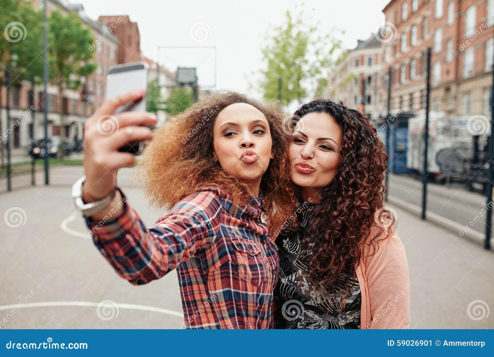 Piękne pouting kobiety bierze selfie