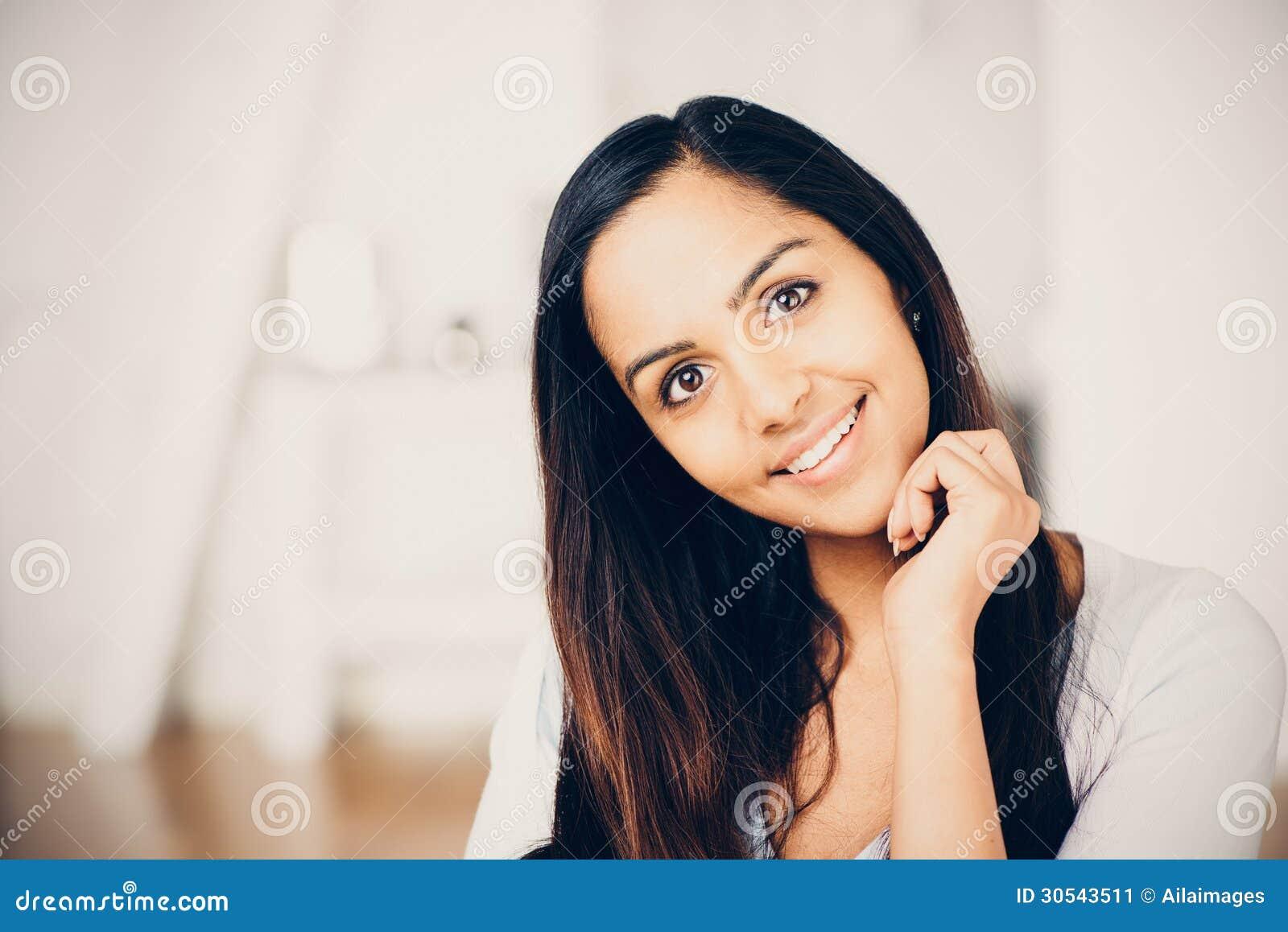 Pięknego Indiańskiego kobieta portreta szczęśliwy ono uśmiecha się