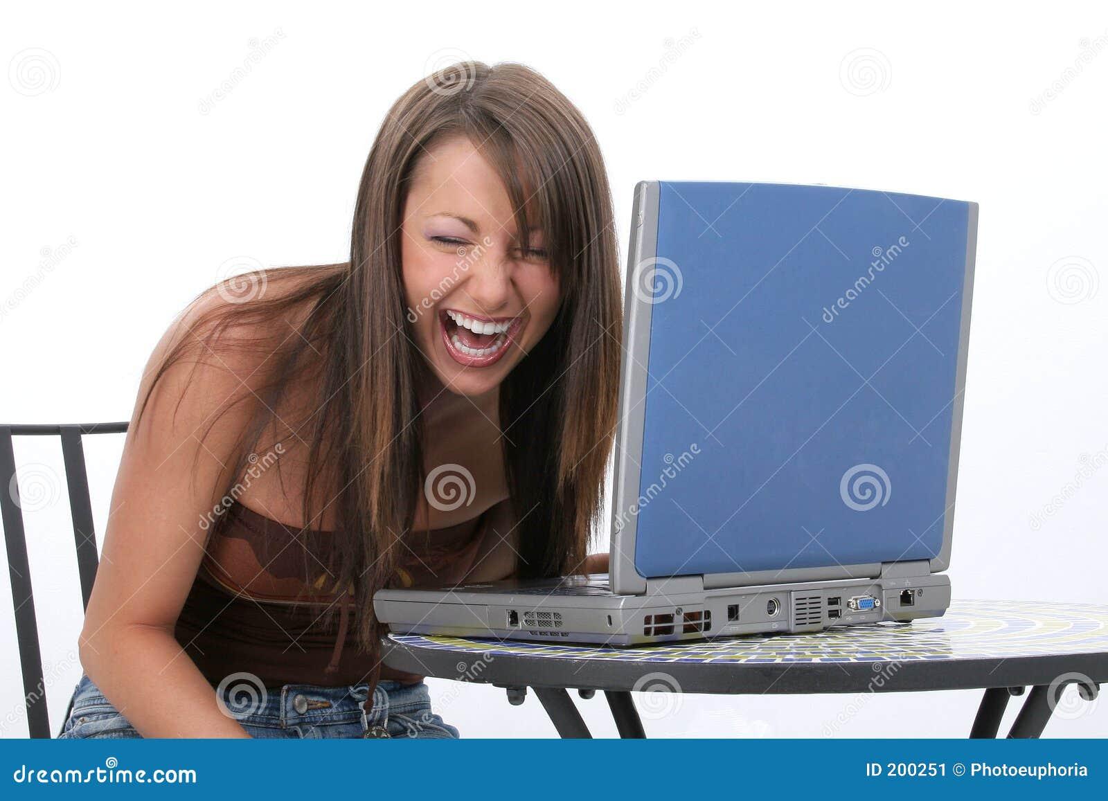 Pięknego laptopa kobiety się komputerowego młodo