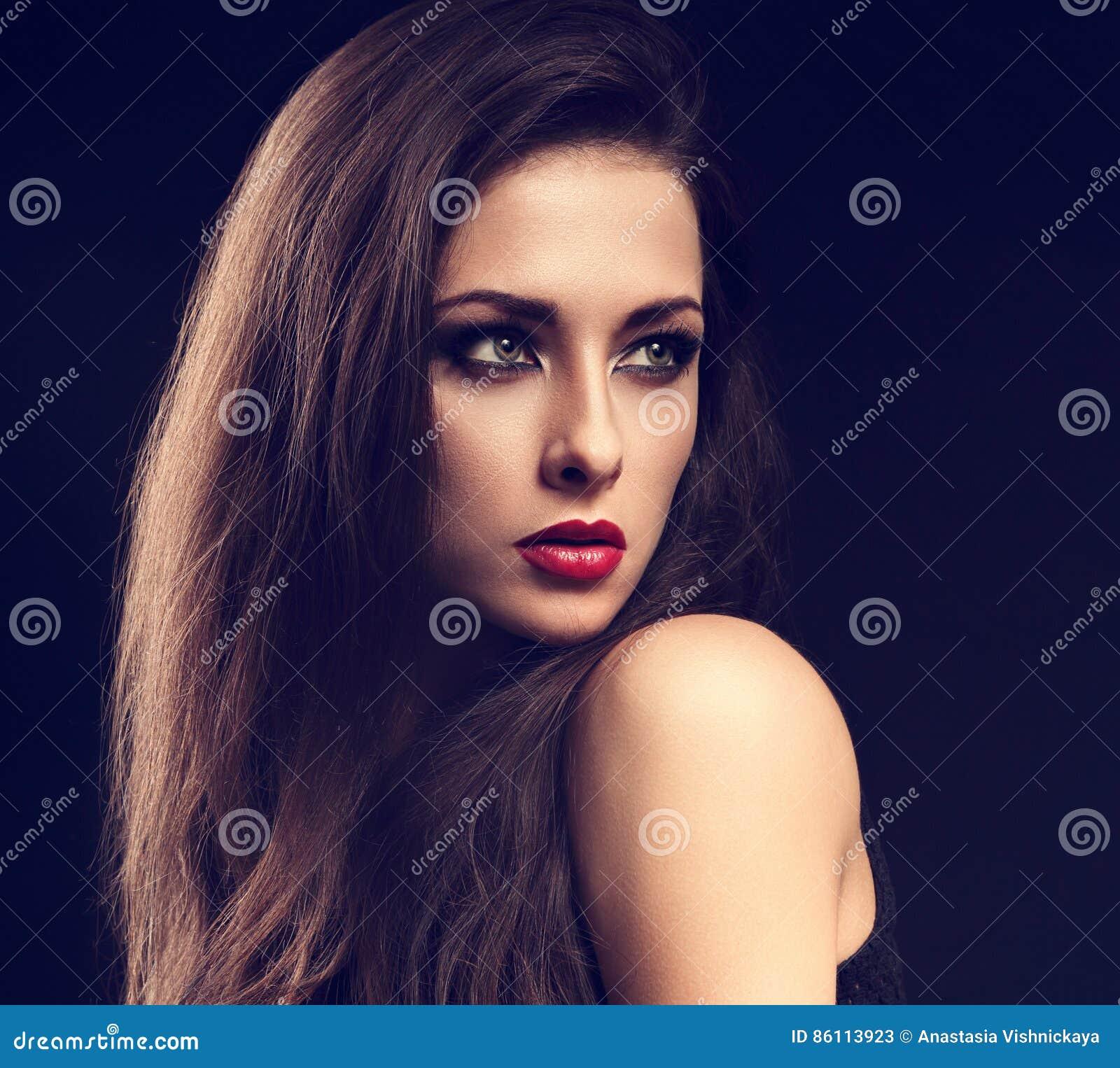 Pięknego makeup kobiety modela ekspresyjny profil z czerwonym lipsti