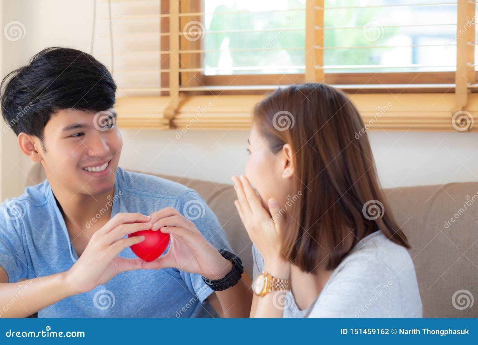 Pięknego portret pary gesta młodego azjatykciego mienia kierowy kształt wpólnie, mąż daje kierowej kształt żonie rozochocony ono