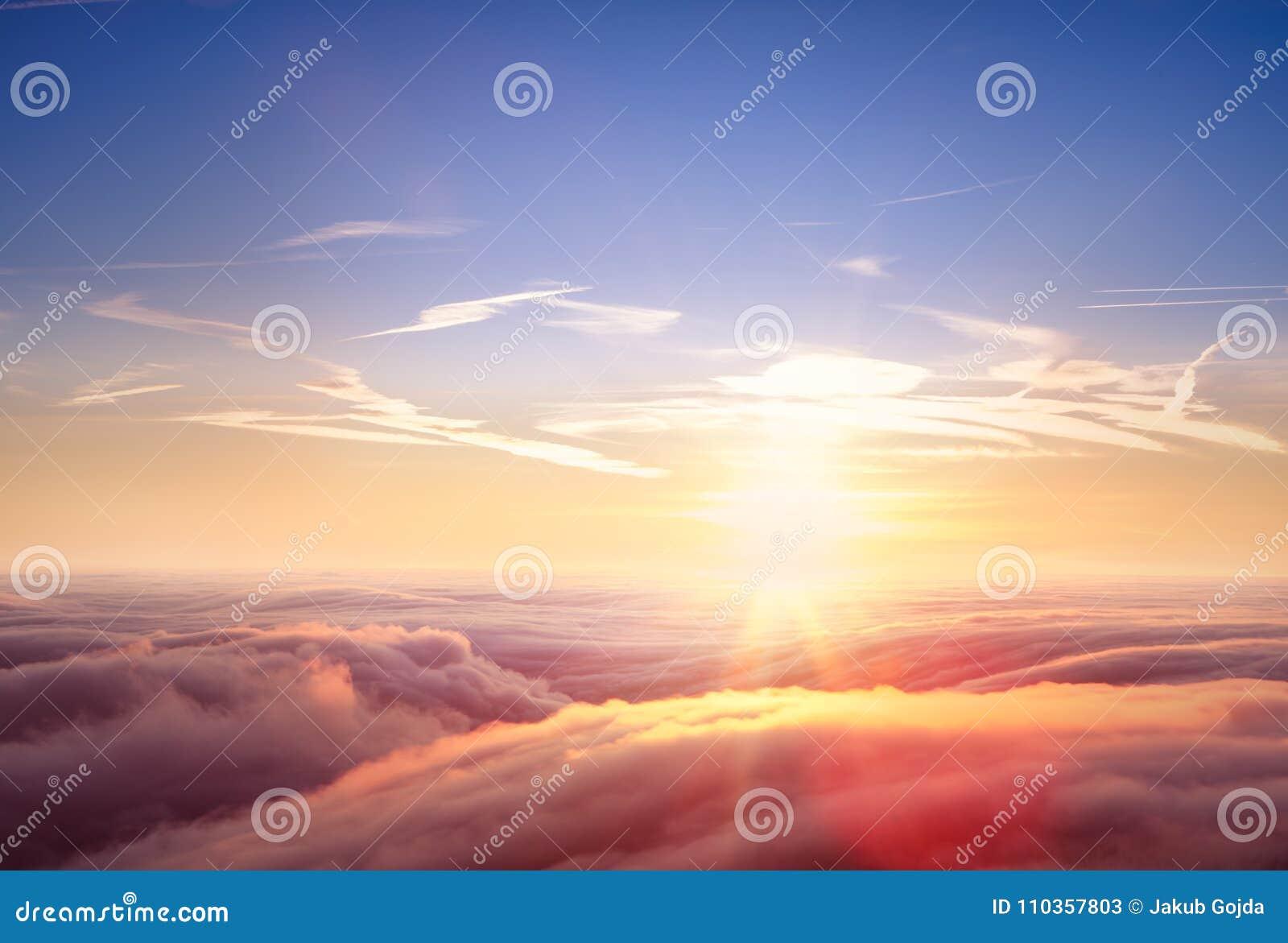 Pięknego widok z lotu ptaka above chmury z zmierzchem
