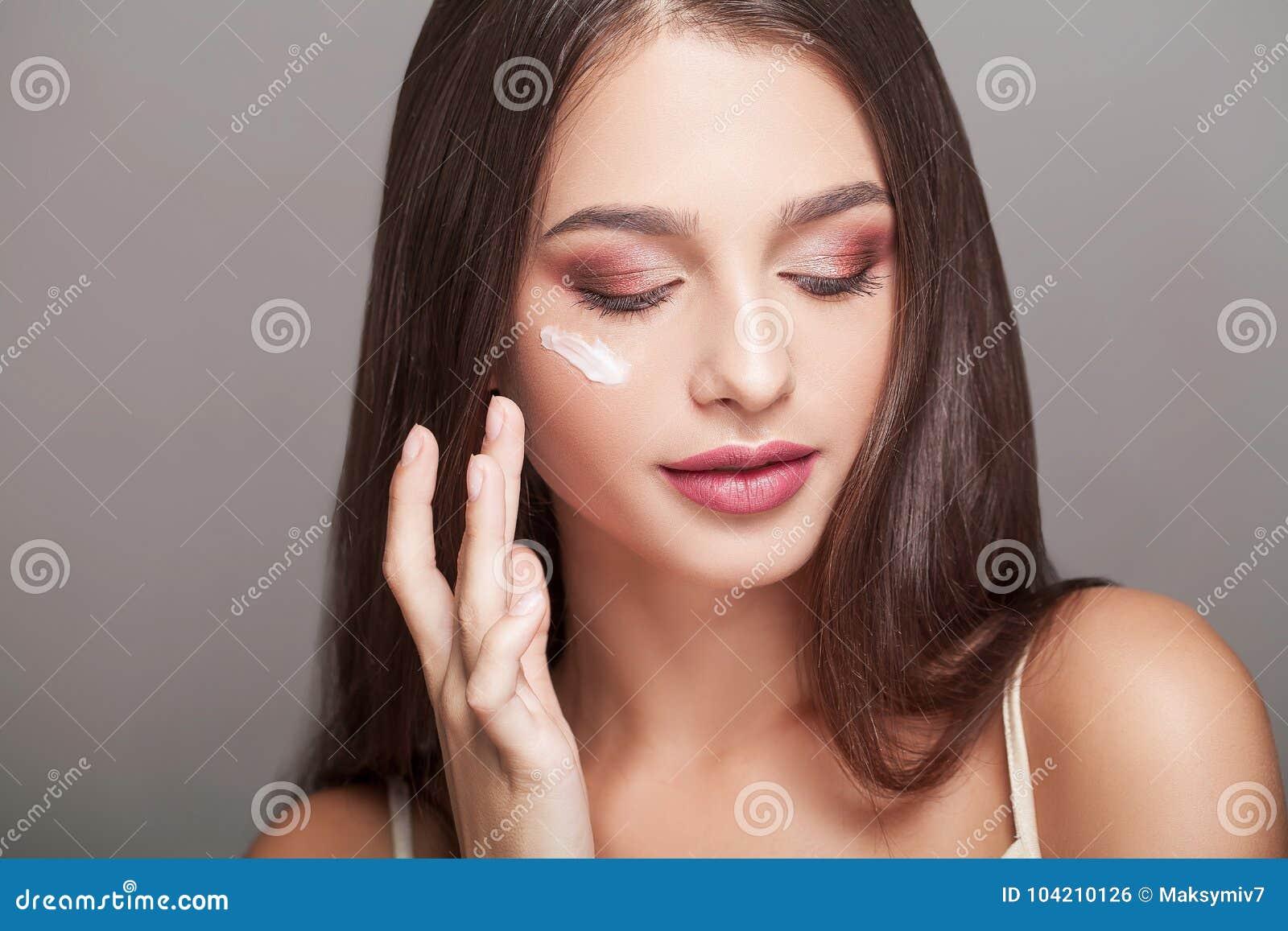 Pięknej BOTOX® opieki twarzy twarzowy zastrzyk odizolowywał s białej kobiety Portret Seksowna młoda kobieta Z kroplami kosmetyk