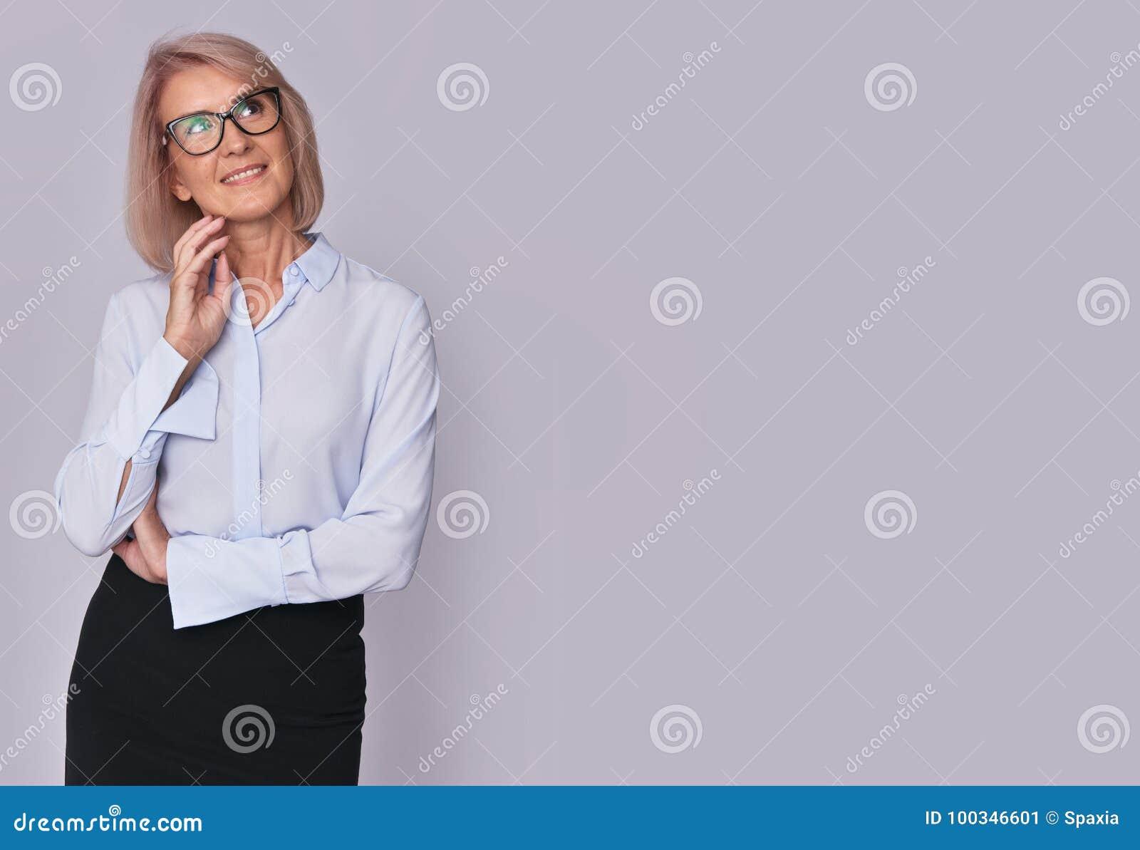 Pięknej dojrzałej kobiety przyglądający up