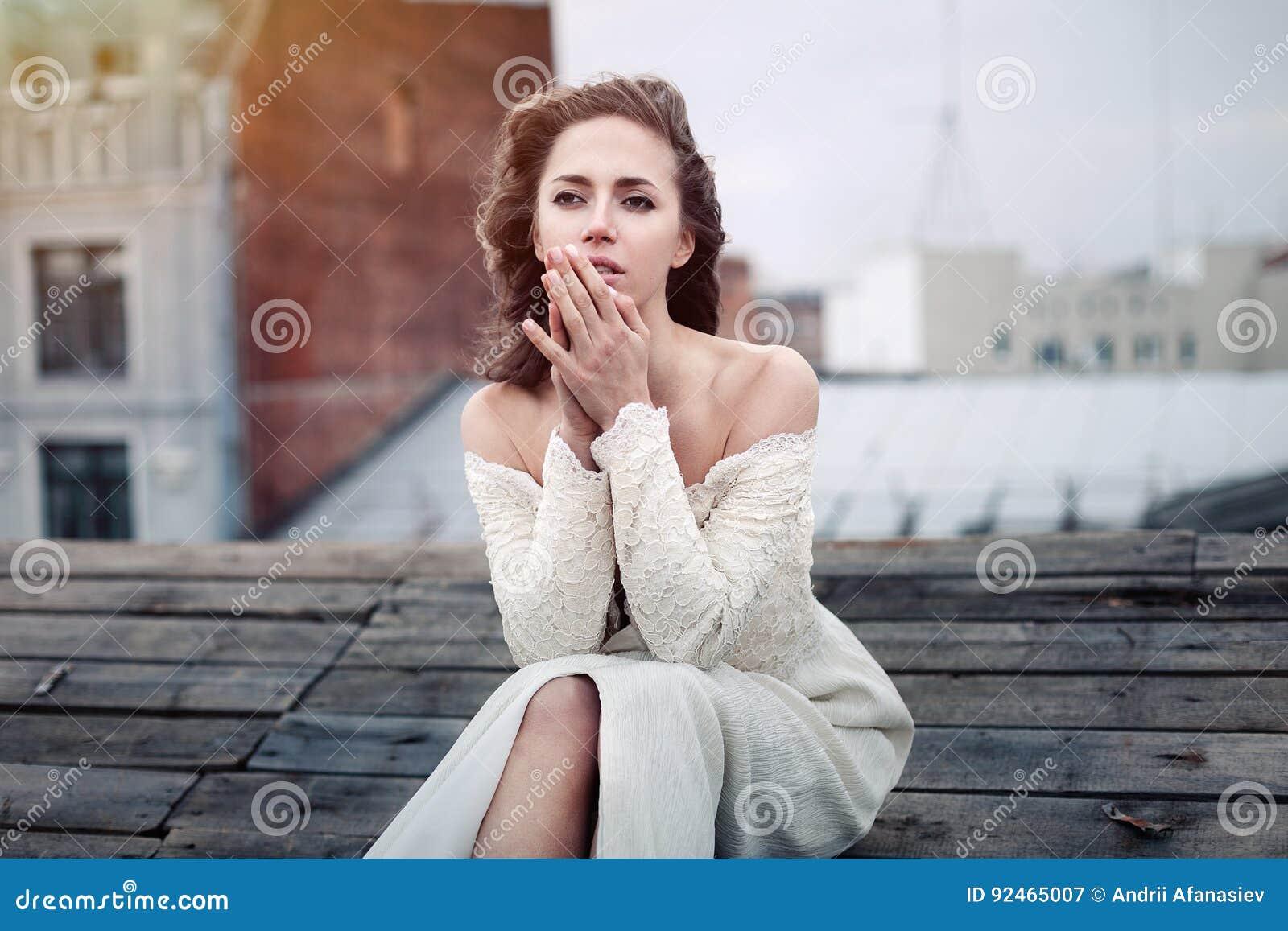 Pięknej dziewczyny smutny obsiadanie na dachu Osamotniona kobieta w depressive nastroju na dachu