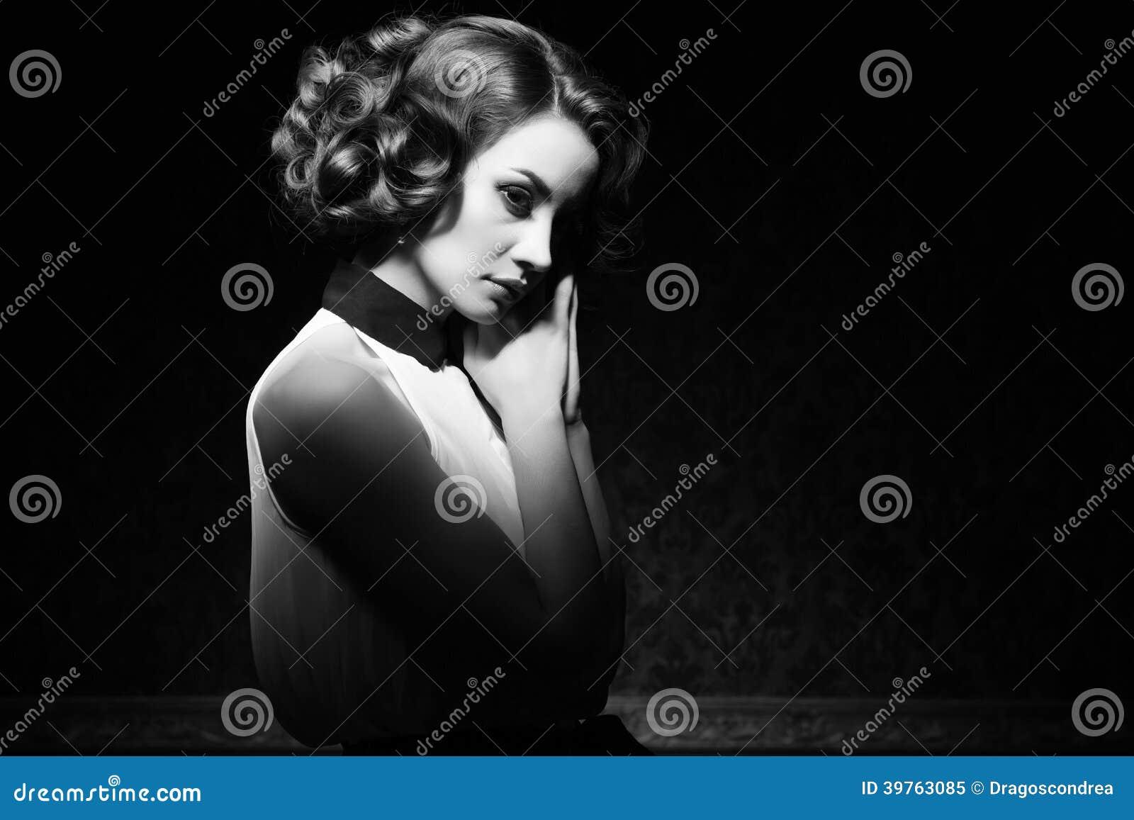 Pięknej kobiety rocznika czarny i biały wizerunek