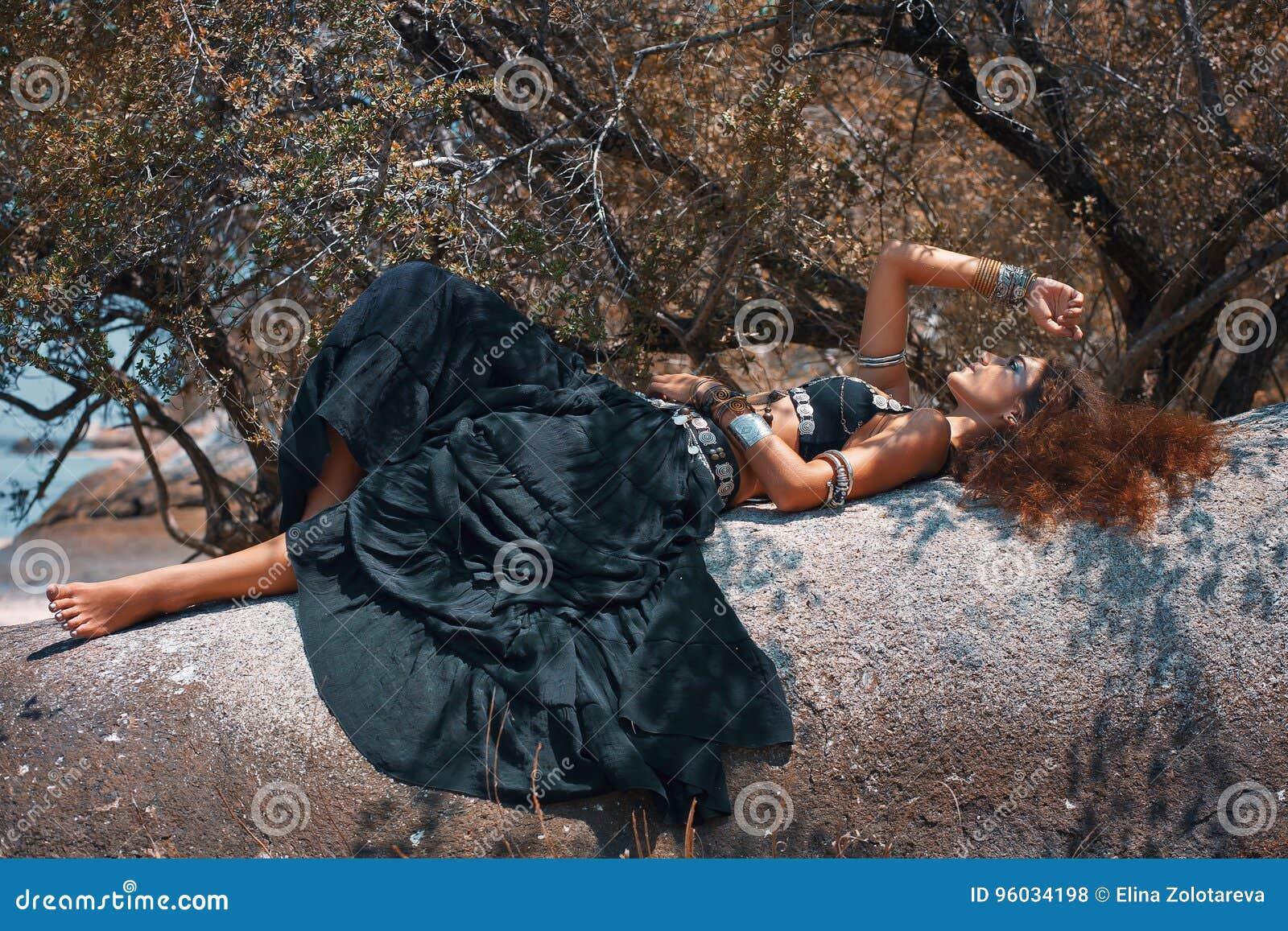 Pięknej plemiennej stylowej kobiety łgarski puszek na kamieniu