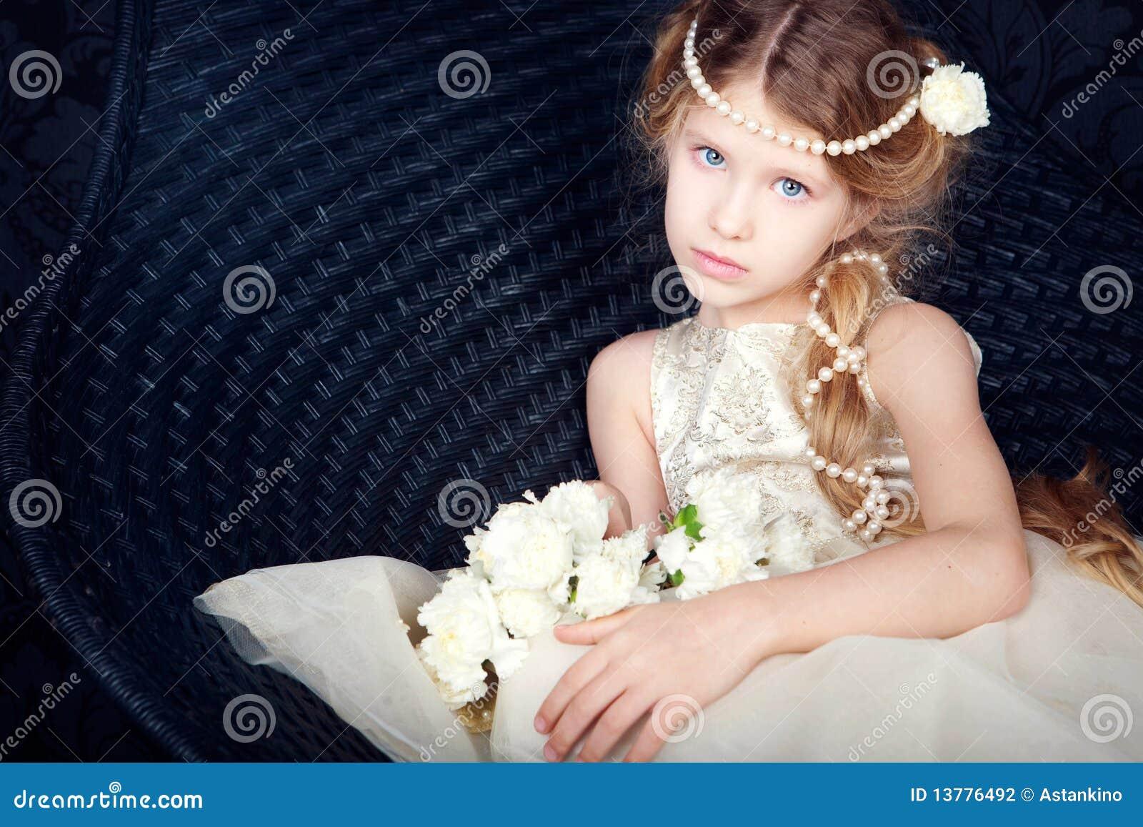 Pięknej smokingowej dziewczyny mały princess