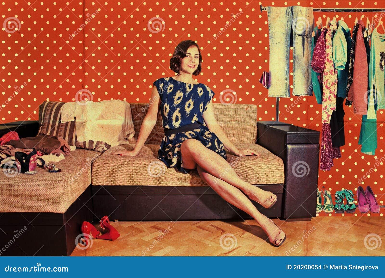 Pięknej ubrań mody retro izbowa kobieta
