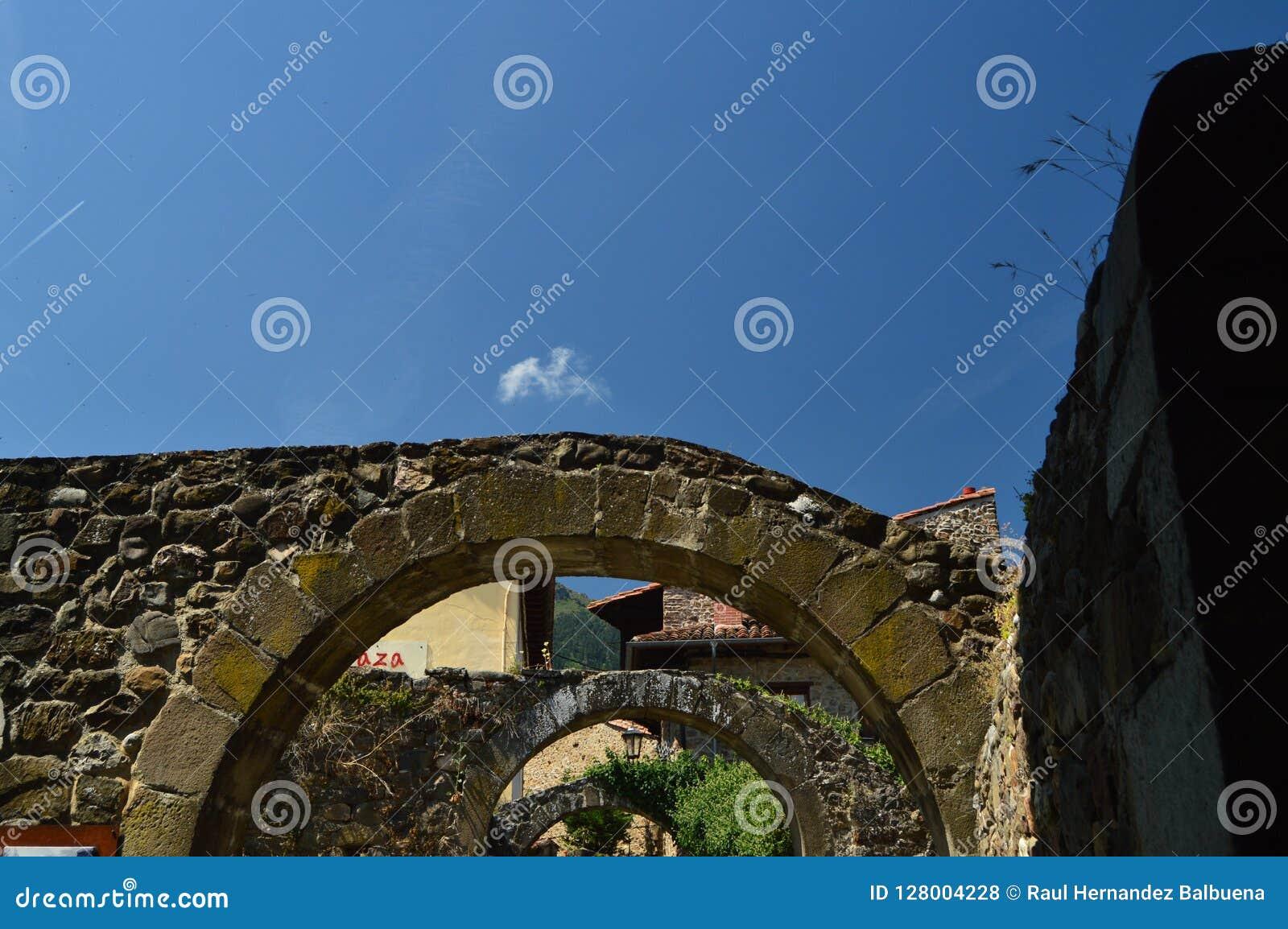 Piękni łuki Z widokami niebo W willi De Potes Natura, architektura, historia, podróż