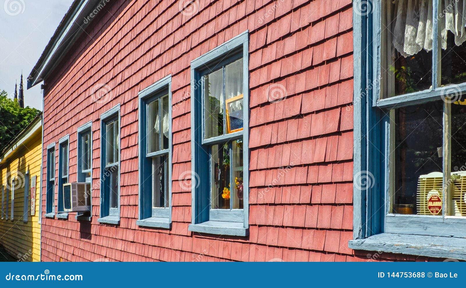 Piękni budynki z błękitnymi okno na kolorowej ścianie w książe Edward wyspie, Kanada