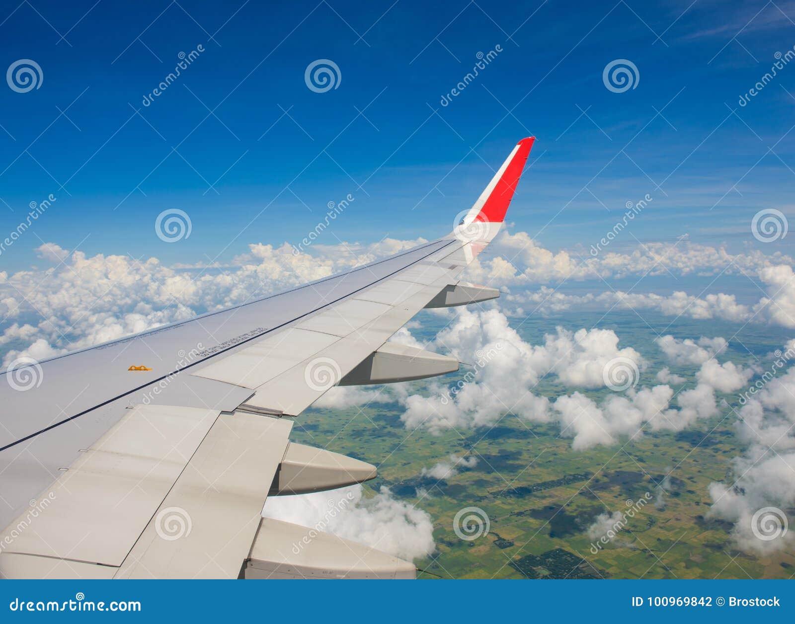 Piękni krajobraz zieleni pola widoki od samolotu