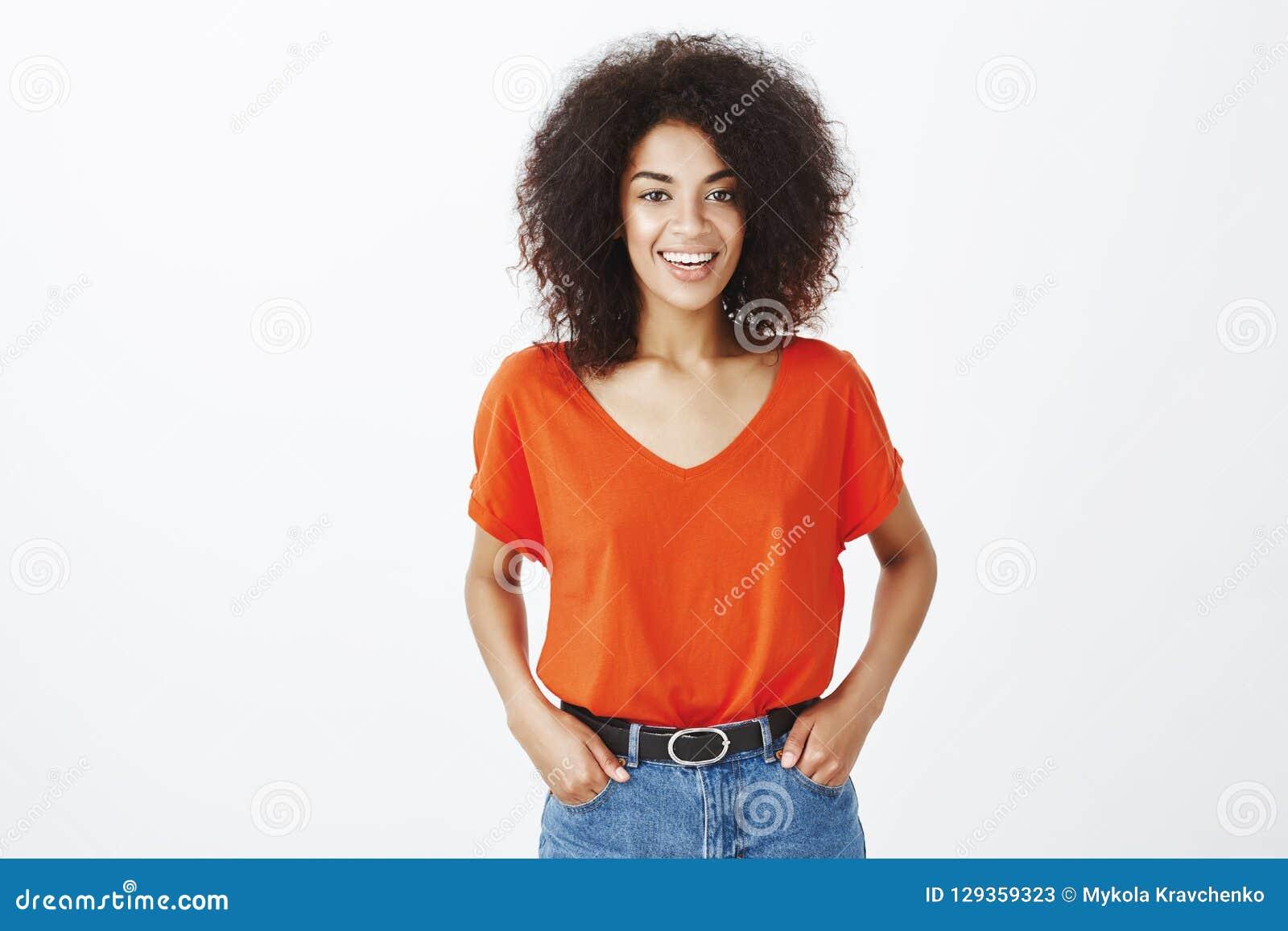 Piękni ludzie i pozytywny emoci pojęcie Radosny atrakcyjny ciemnoskóry model z afro fryzury pozycją wewnątrz