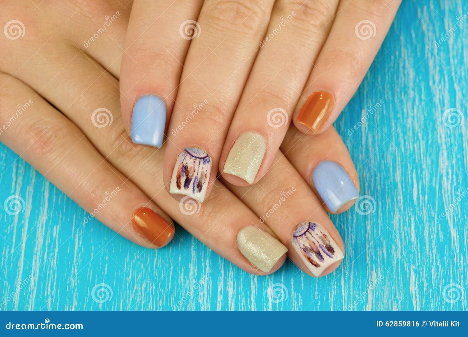 Piękni manicure gwoździe Boho styl Piękna kobieta wręcza dowcip