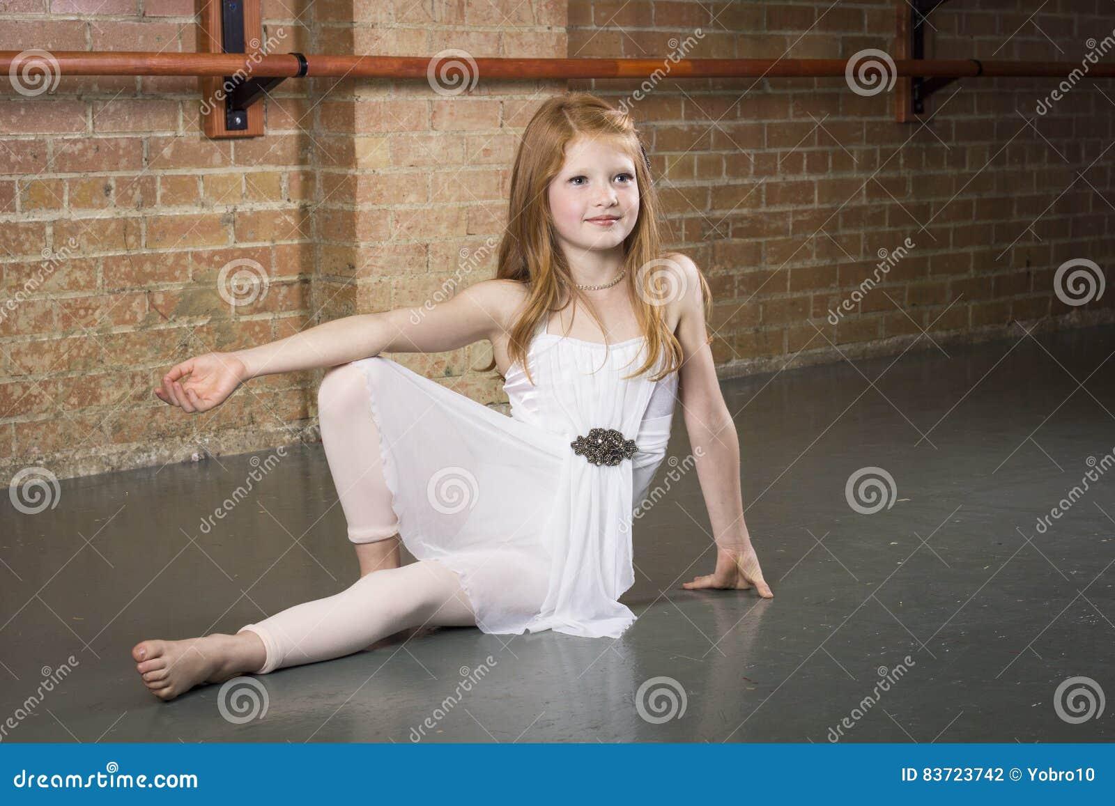Piękni potomstwa i utalentowany tancerz pozuje przy tana studiiem