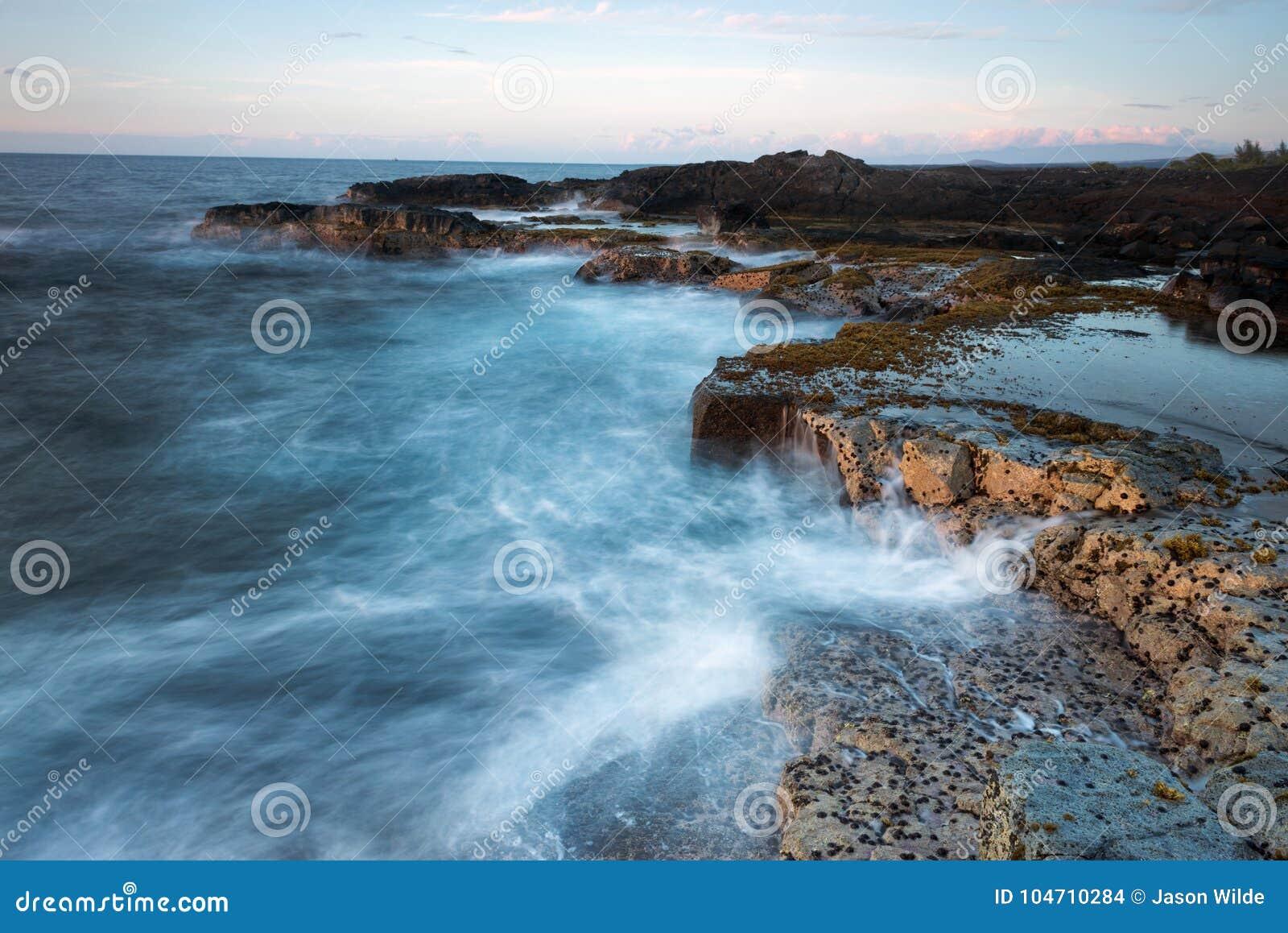 Piękni sceniczni głąbiki Duża wyspa wulkany, góry, ocean i zmierzchy Hawaje,
