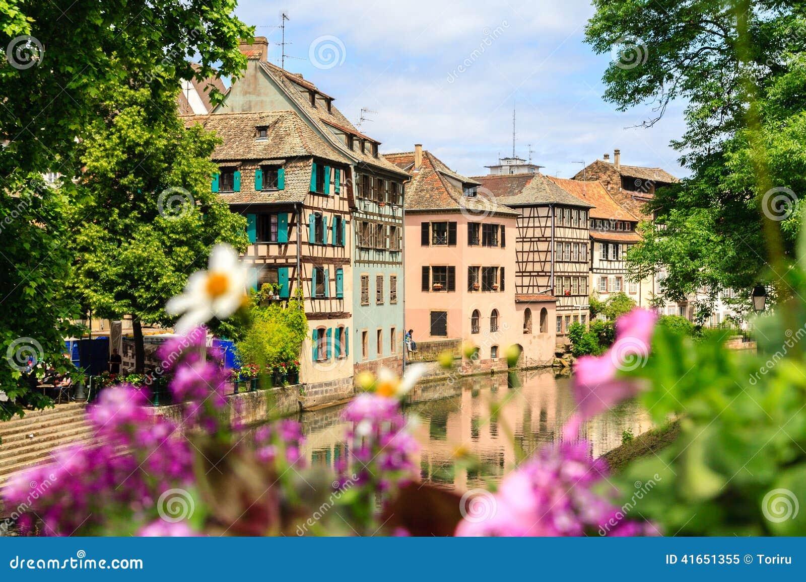 Piękni starzy domy w Strasburg, Francja