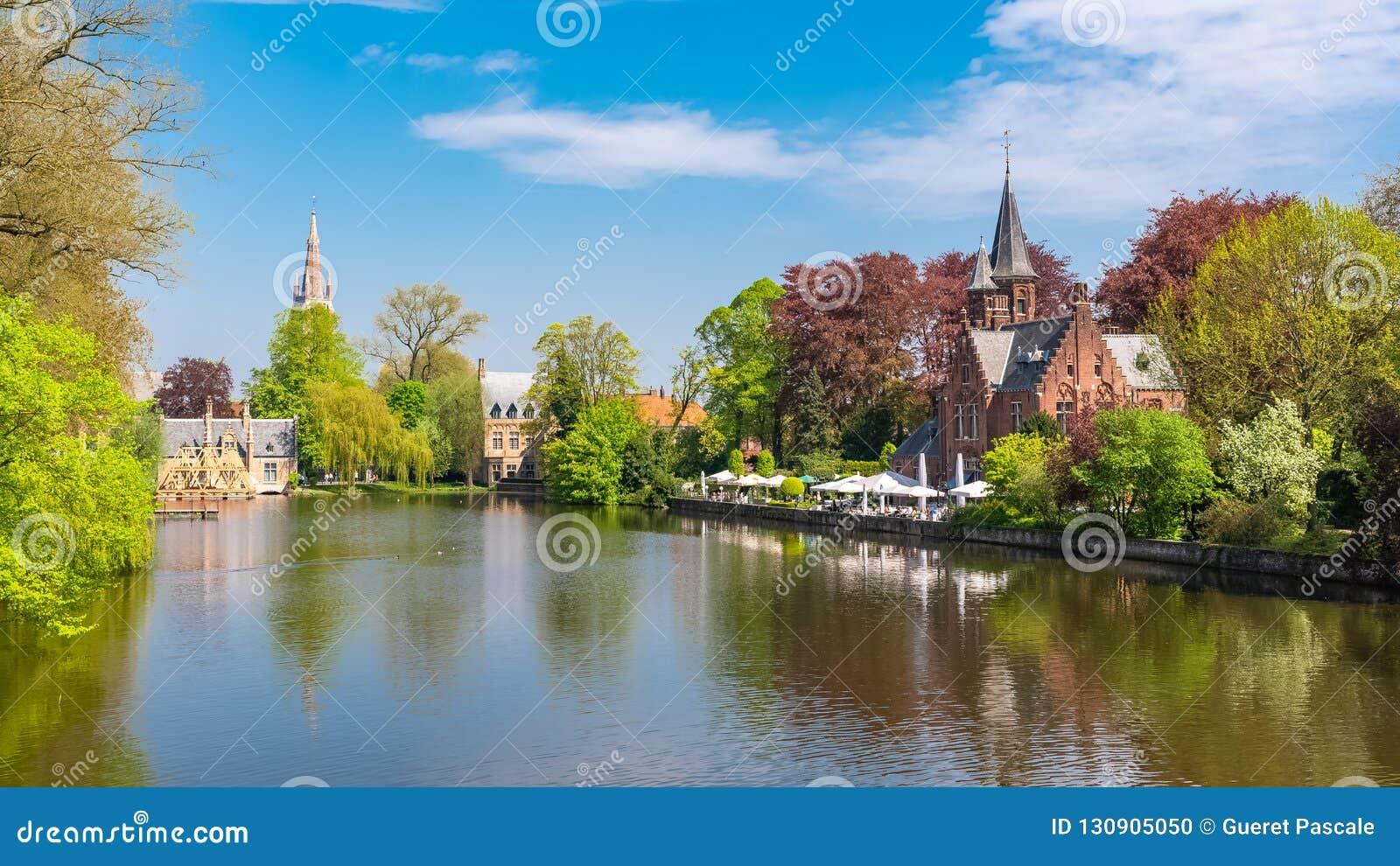 , piękni typowi domy na kanale i kościół w tle,