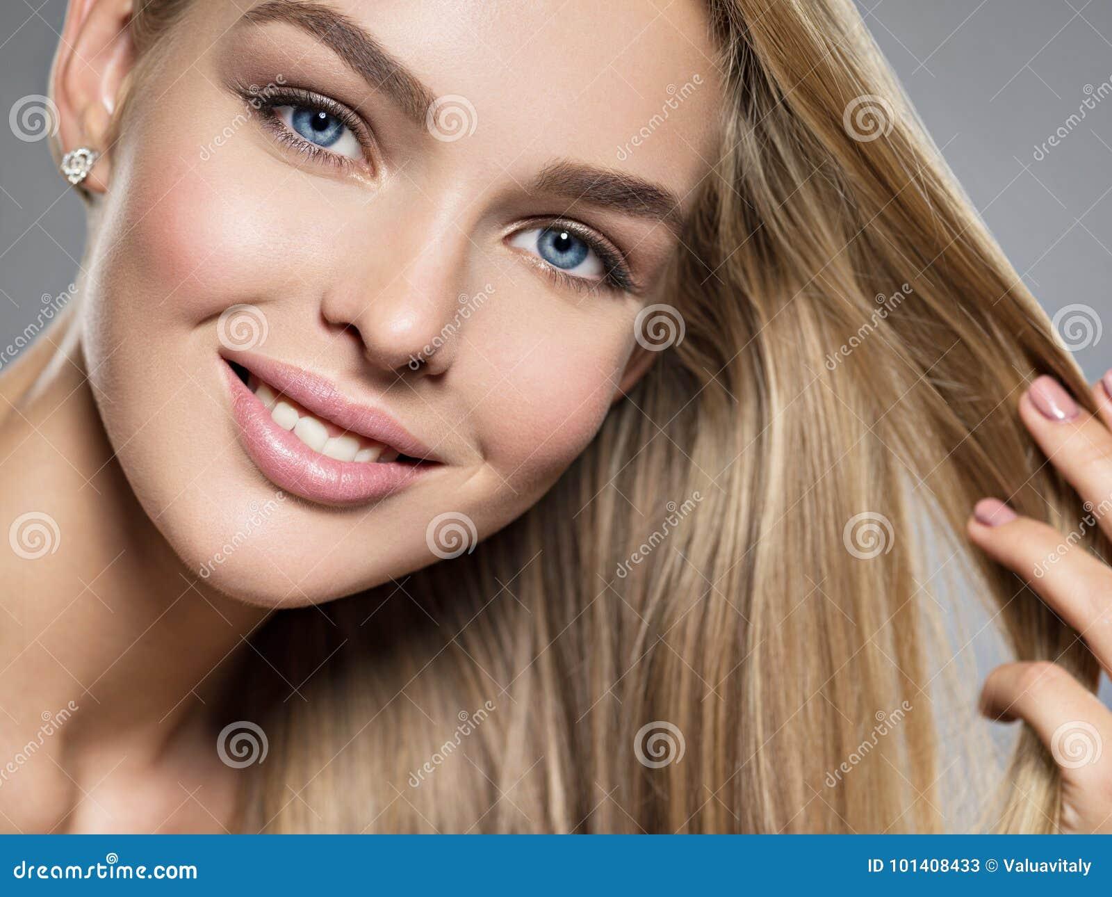 Piękni uśmiechu kobiety potomstwa