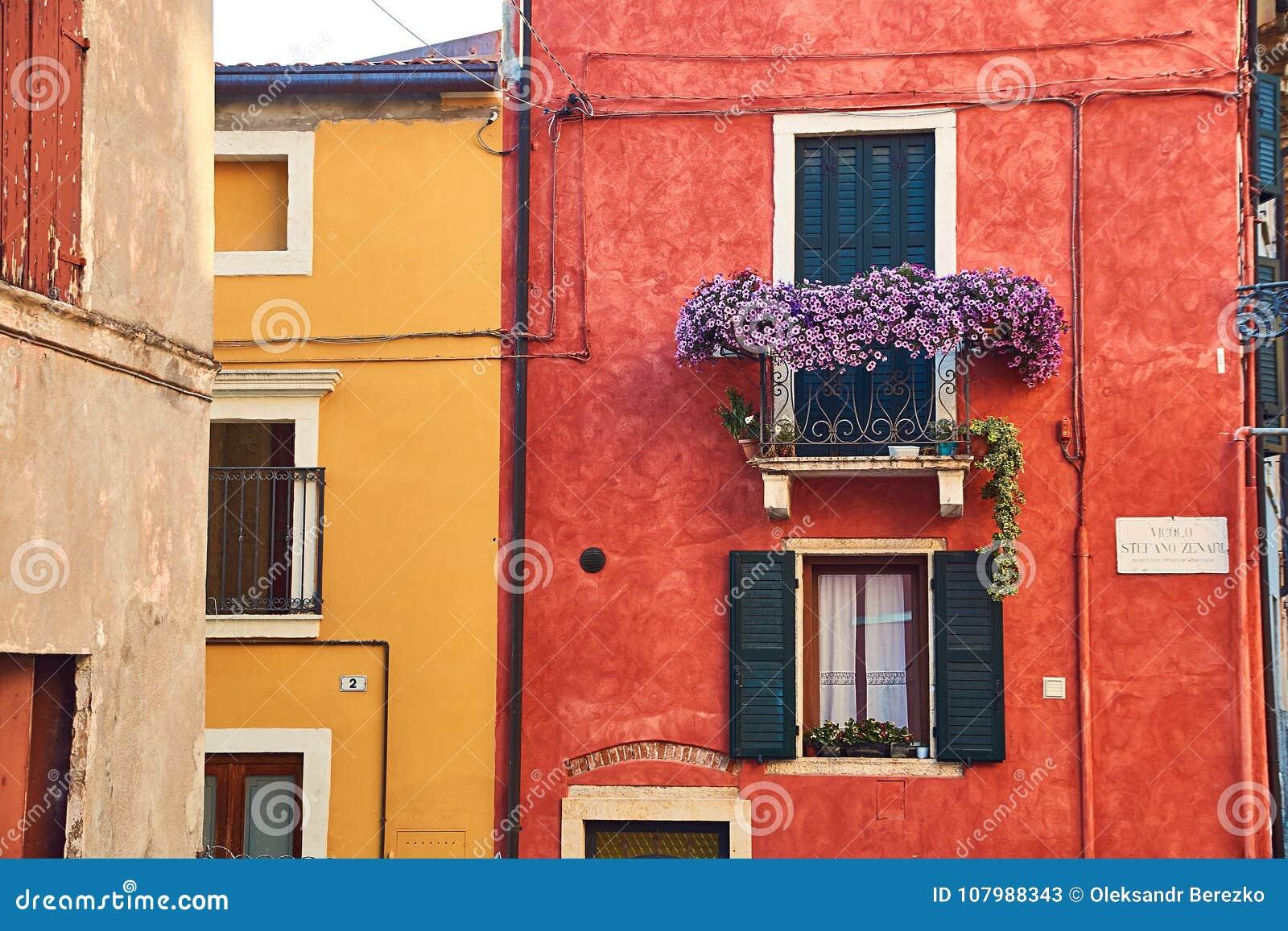 Piękni wygodni budynki z balkonami w Soave, Włochy