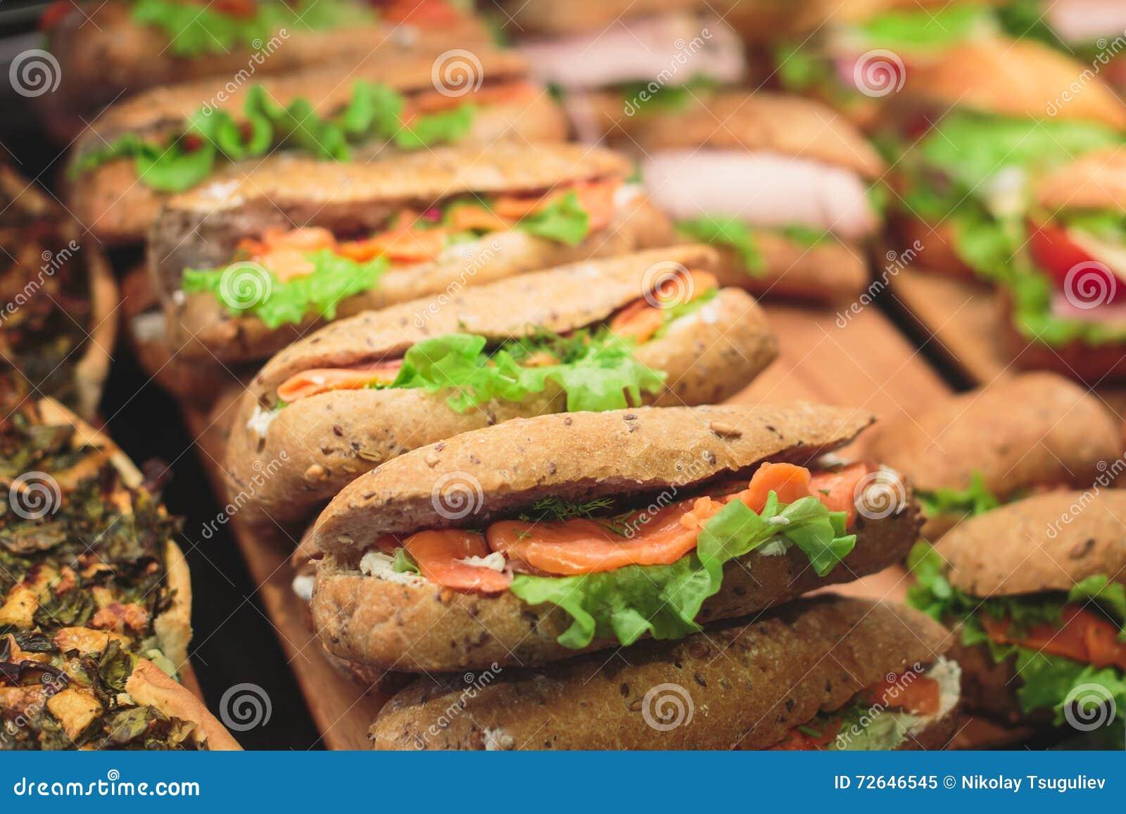 Pięknie dekorujący cateringu bankieta stół z różnymi jedzenie przekąskami, zakąskami z kanapką i