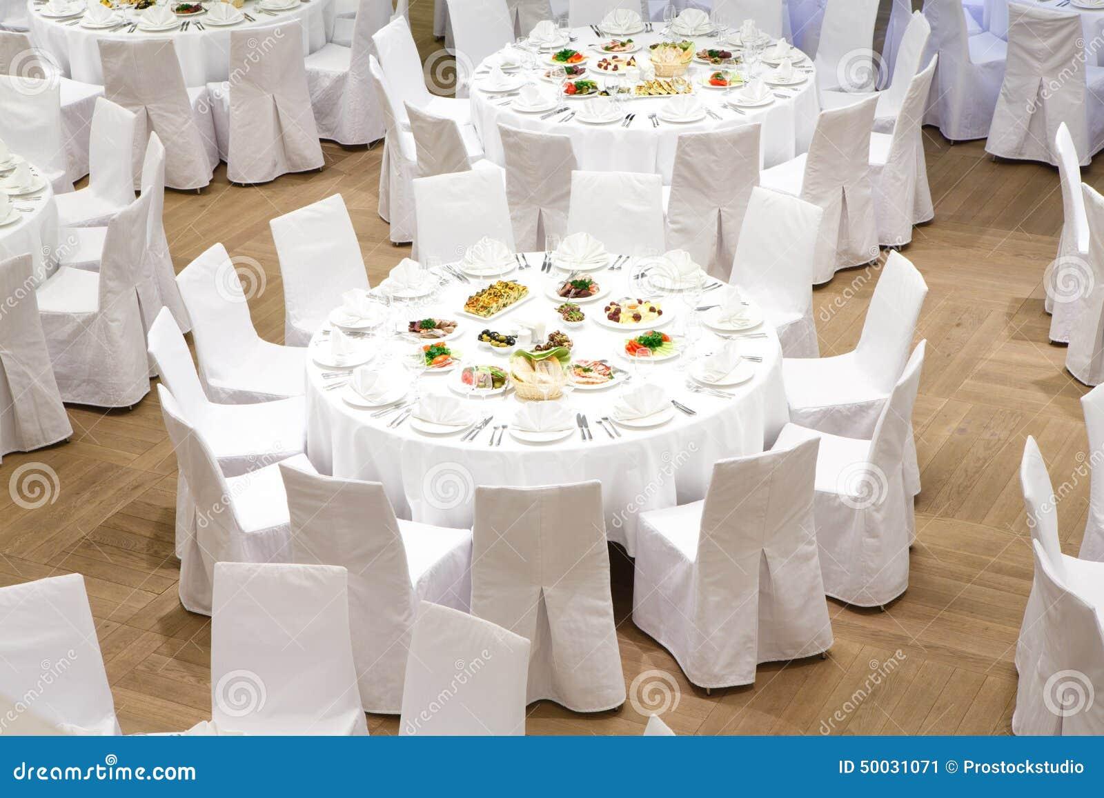 Pięknie uorganizowany wydarzenie - słuzyć bankietów stoły